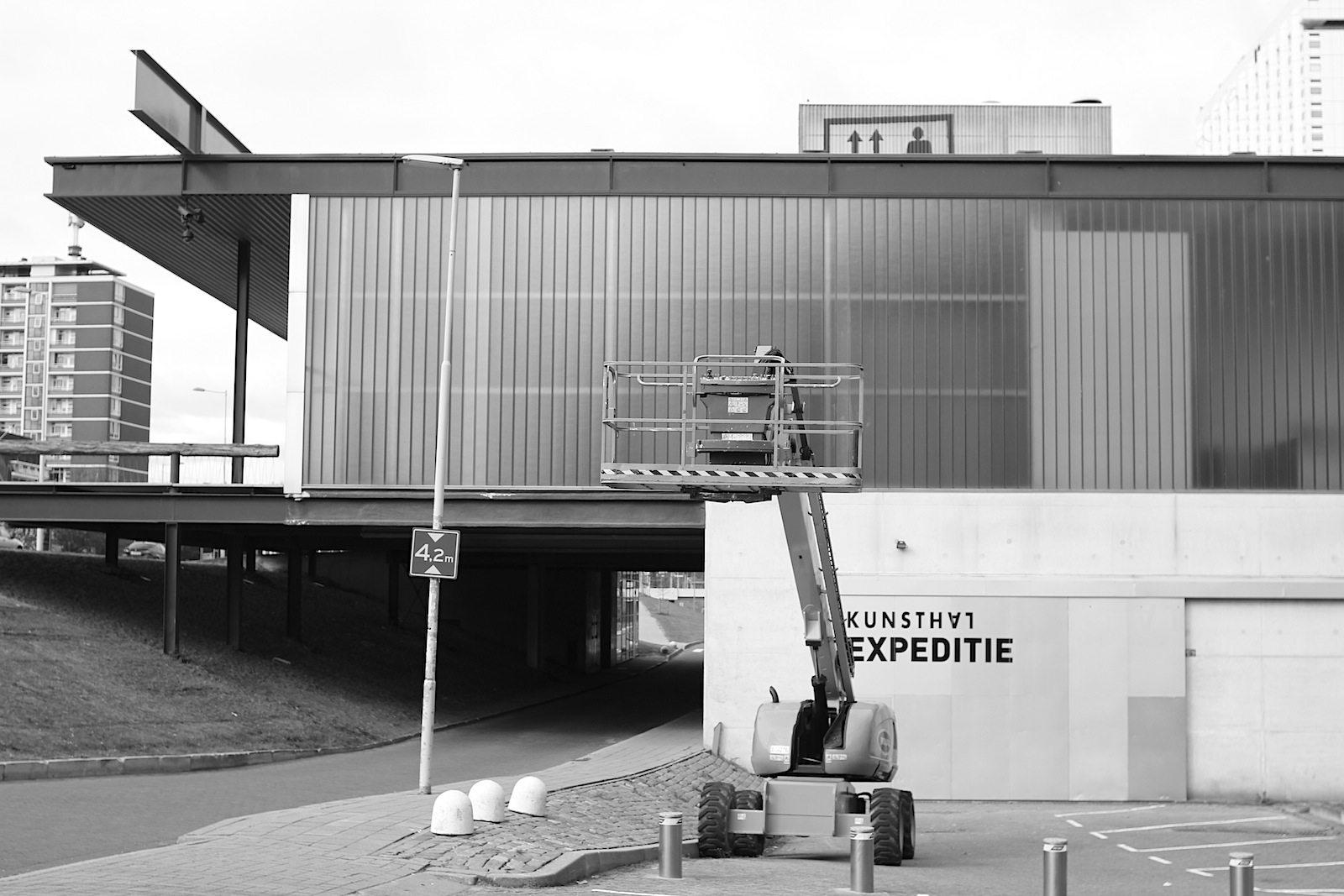 Kunsthal Rotterdam.  wurde entworfen von Office for Metropolitan Architecture (OMA), das in Rotterdam ansässige Architekturbüro des niederländischen Architekten und Pritzker-Preisträgers Rem Koolhaas. OMA ist international tätig und gehört zu den renommiertesten Vertretern avantgardistischer, zeitgenössischer Architektur. Angeschlossen an das Büro ist der Thinktank AMO, der Projekte jenseits von Architektur und Städtebau bearbeitet.