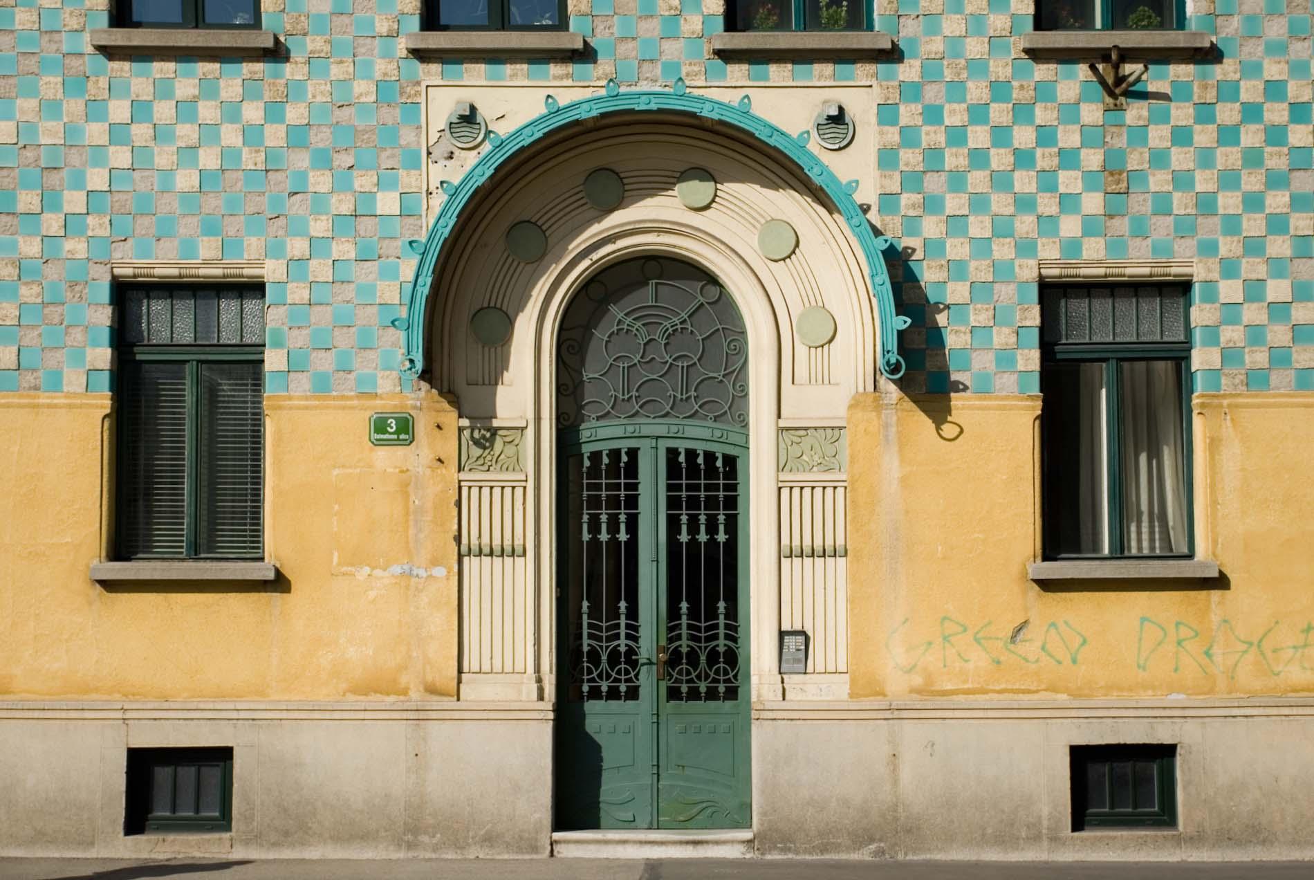 Spielerisch. Um die Wende vom 19. zum 20. Jahrhundert trat in Ljubljana ein neuer Architekturstil auf. Der Jugendstil ljubljanischer Prägung stand unter dem Einfluss der Wiener Sezession. Das Gebäude ist in der Dalmatinova ulica.