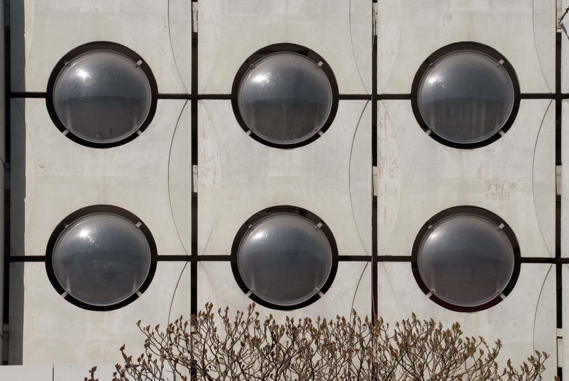 Erfrischt. Das 1973 fertiggestellte multifunktionale Gebäude wurde von Jože Koželj entworfen. Der 1931 im Süden Sloweniens geborene Koželj hat in seiner Laufbahn mit Ravnikar gearbeitet und ist in die Lehre an die Architekturfakultät der Universität von Ljubljana gegangen.