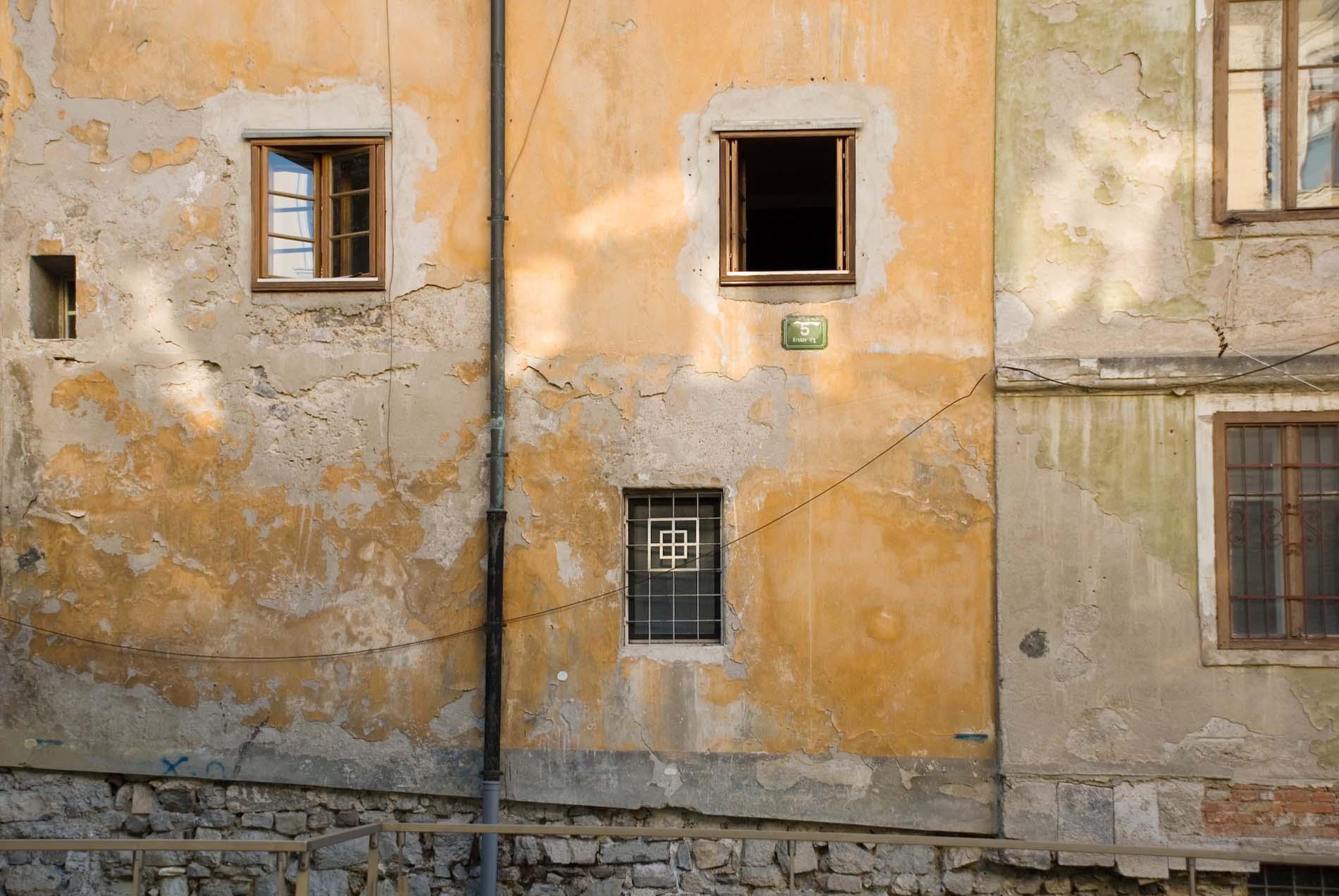 Historisch. Die Wurzeln Ljubljanas reichen bis 3.600 vor Christus. Die Überreste der Römersiedlung Emona, die gut erhaltene Postkartenidylle der Altstadt und die mittelalterliche Burg auf dem Schlossberg sind die historischen Ankerpunkte der Stadt am Fluss Ljubljanica.