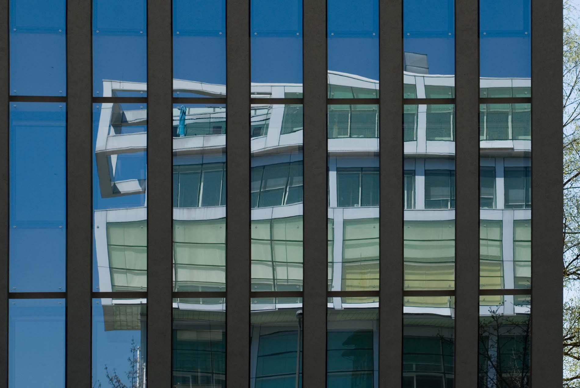 Gespiegelt. Das bereits erwähnte wichtige slowenische Büro Sadar in Vuga arhitekti (auch Sadar+Vuga) hat das 1999 fertiggestellte Handelskammergebäude als