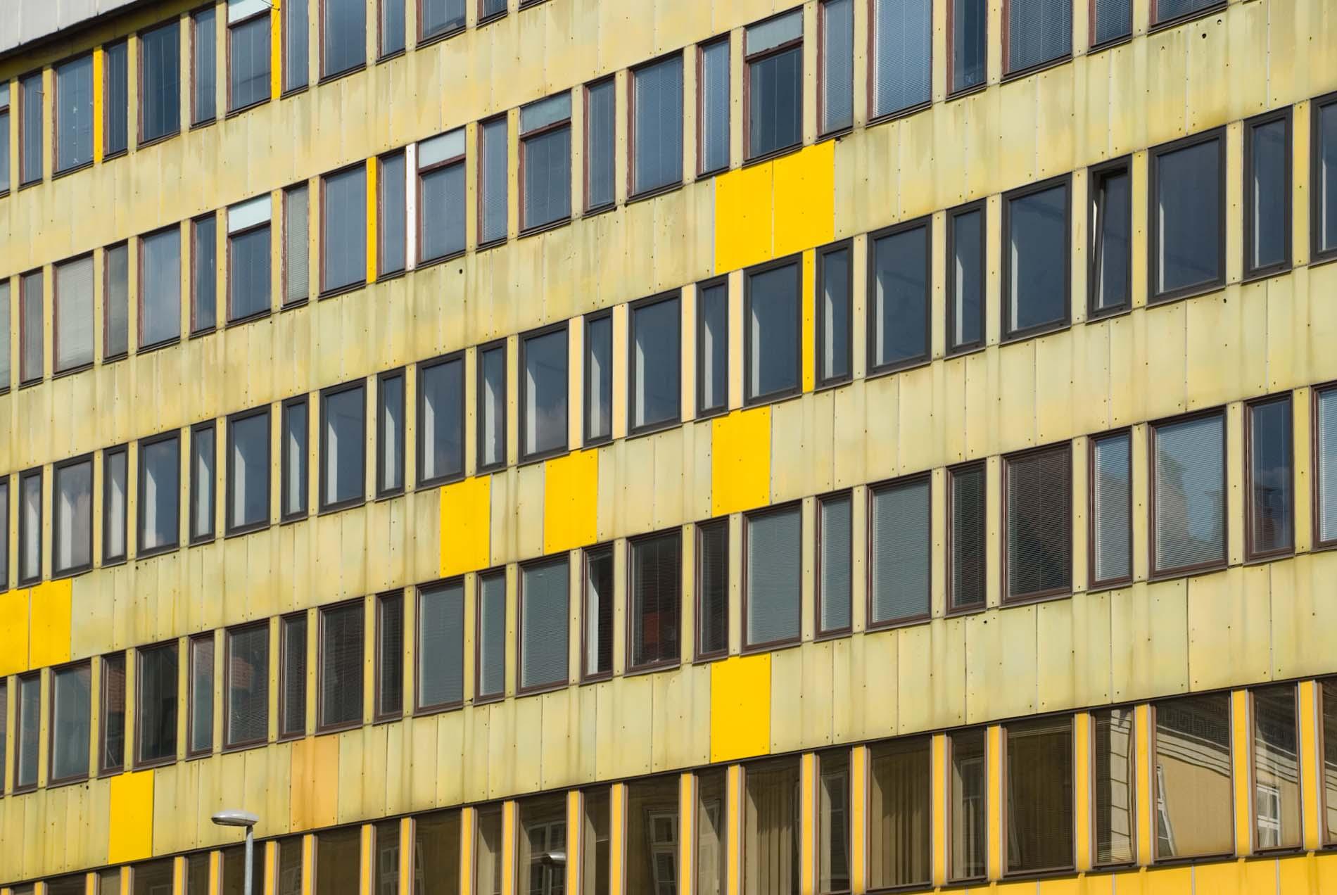 Gelb. Das Ljudska pravica Office Building von Edvard Ravnikar wurde 1961 fertiggestellt und wird als Kanarienvogelhaus bezeichnet. Der aus Novo Mesto stammende Architekt hat das skandinavische Design in die slowenische Architektur eingeführt, insbesondere die Sprache von Alvar Aalto.