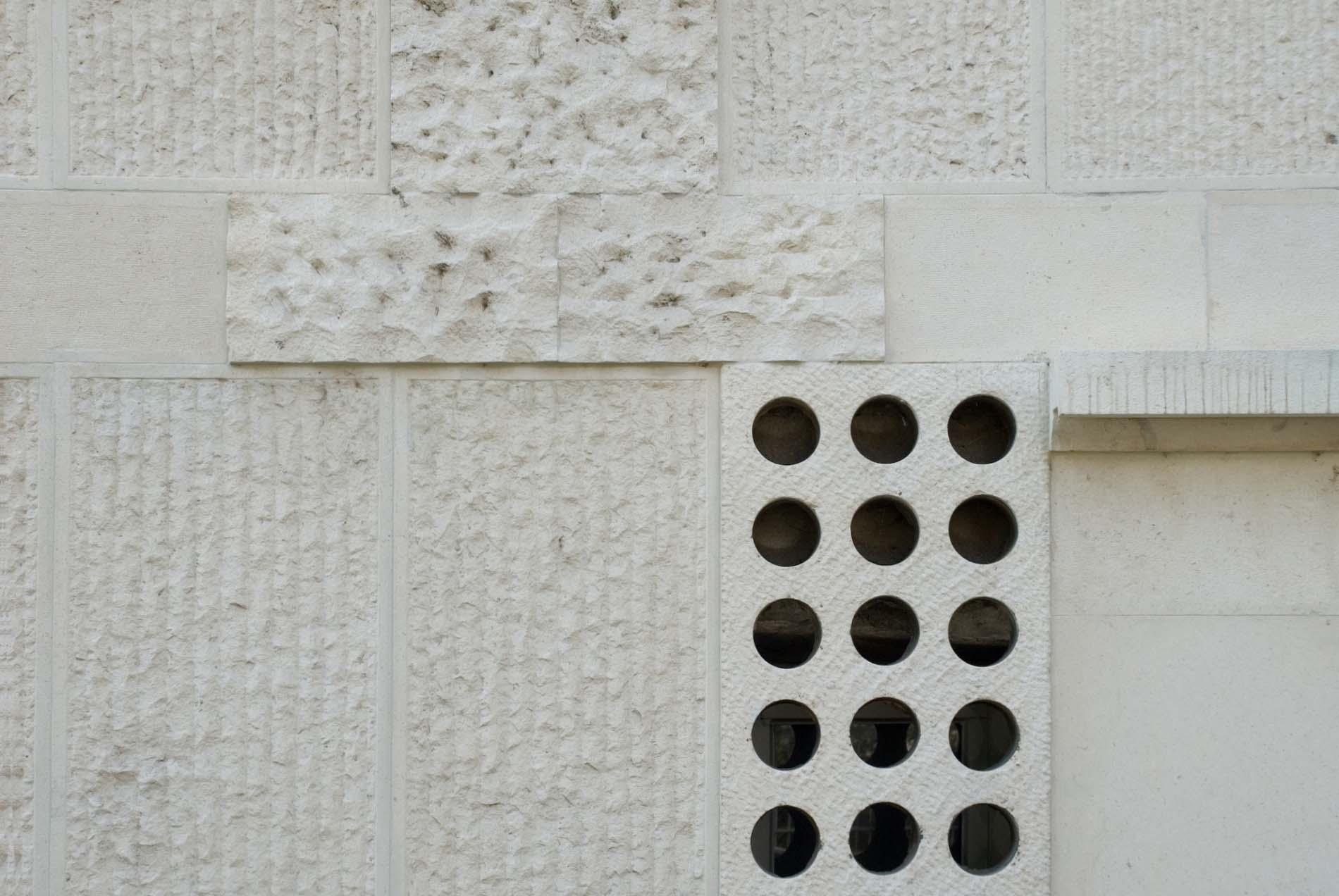 Ausgeklügelt. Das von 1940–1951 errichtete Gebäude der Modernen Galerie wurde vom Architekten Edvard Ravnikar entworfen und gilt als sein erstes bedeutendes Werk in Ljubljana. Einige Merkmale des Baus verraten den Einfluss Plečniks – er war Student des slowenischen Großarchitekten – insbesondere seiner National- und Universitätsbibliothek, wo Ravnikar bei der Aufsicht mitwirkte. Dieser Einfluss zeigt sich an der Fassade mit heraustretenden Steinblöcken. An den großen Lehrmeister erinnern ferner die Ziersäulen in der Mitte der Fenster sowie deren Umrandungen aus Kunststein. Trotzdem ist die Moderne Galerie im Gegensatz zu Plečniks Schöpfungen, bei denen gewöhnlich klassische Elemente betont sind, ausgesprochen modern konzipiert, insbesondere in den Grundrissen und bei der ausgeklügelten Innenbeleuchtung.