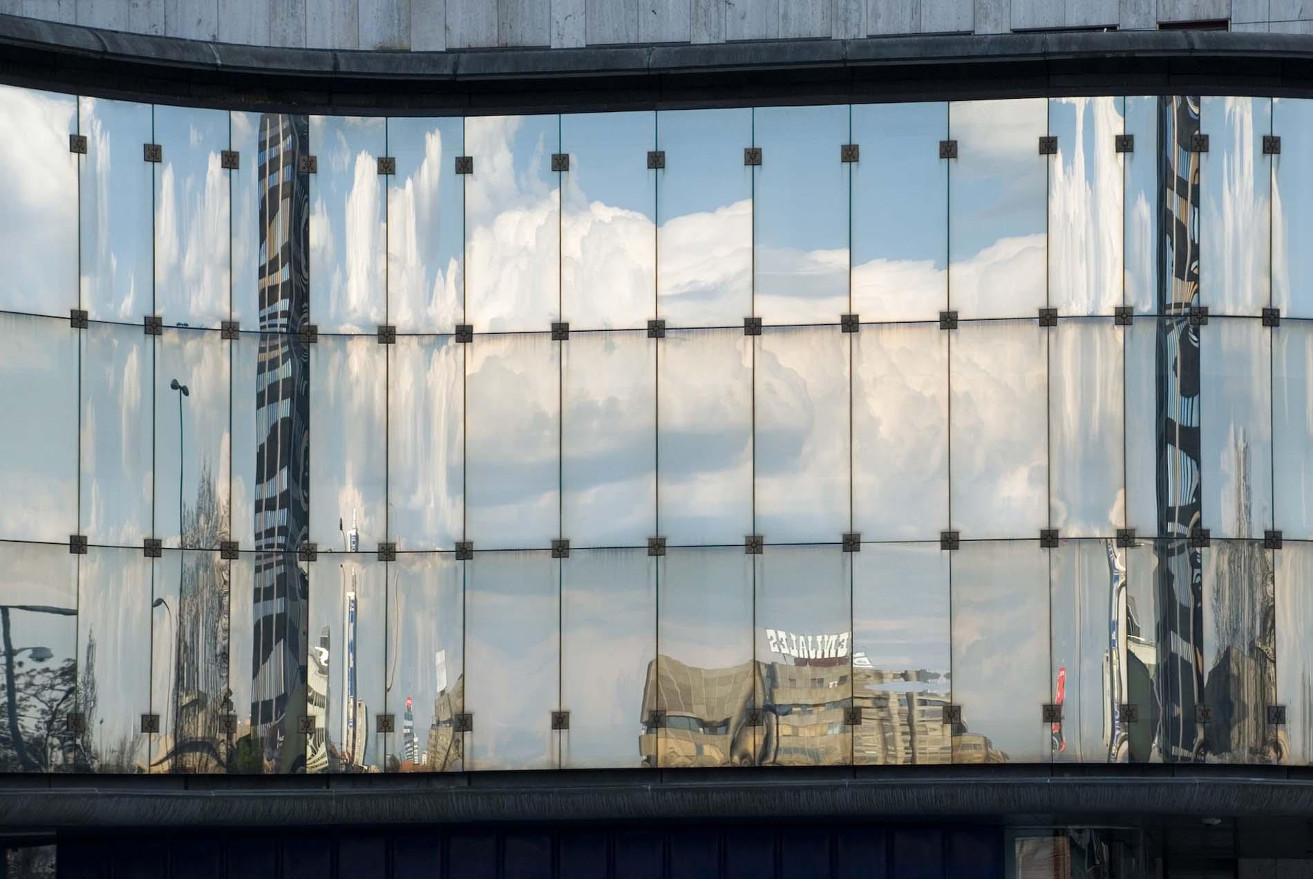 Technologisch. Das spätmoderne Mednarodna avtomatska telefonska centrala (MATC), das Fernsprechamt, wird zur High-Tech-Architektur Ljubljanas gezählt. Der slowenische Architekt Milan Mihelič hat das MATC mit mehreren Baukörpern und der charakteristischen, gläsernen Wellenform als ineinanderfließendes Ensemble konzipiert. Es wurde 1978 eröffnet.