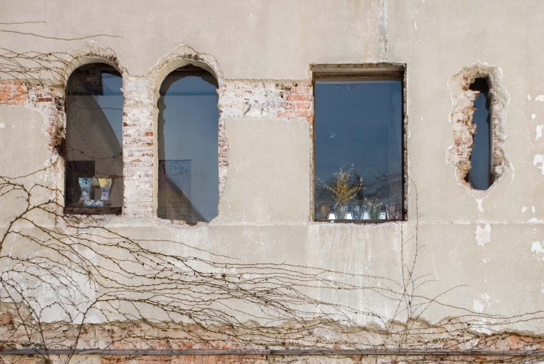 Erneuert. Nach der Zerstörung Ljubljanas 1895 durch ein verheerendes Erdbeben wurden mehrere Architekten aus Slowenien und Österreich mit der Neugestaltung beauftragt, darunter Maks Fabiani und Ivan Vurnik.
