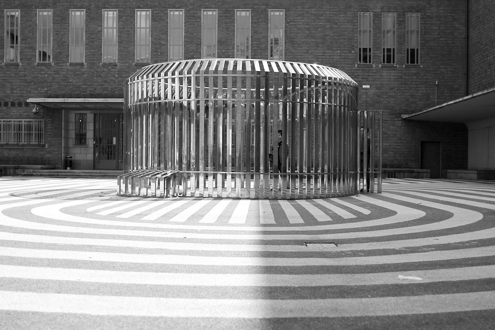 """Museum Boijmans van Beuningen.  Die Installation """"Apollo"""" des Künstlers Olaf Nicolai hat Ähnlichkeit mit einem Fußballfeld – in einer verspiegelt-verspielten Rundform."""