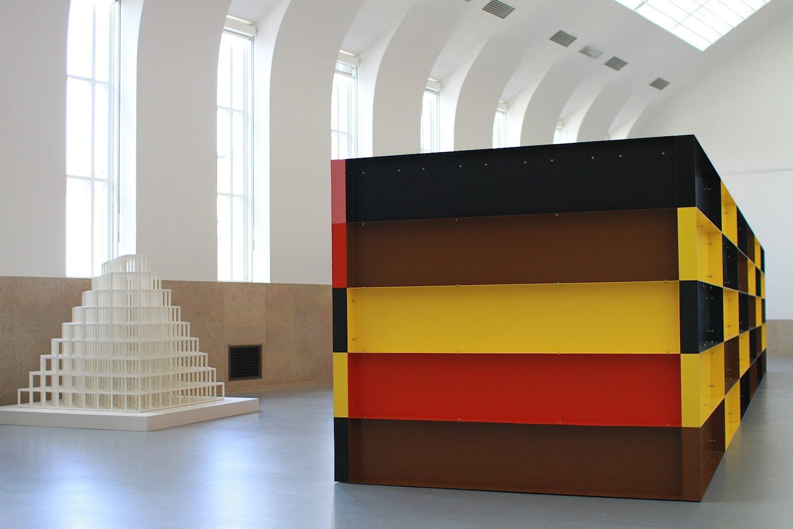 Museum Boijmans van Beuningen.  Links: Floor piece no. 1 von Sol LeWitt, rechts: das Aluminumwerk von Donald Judd.