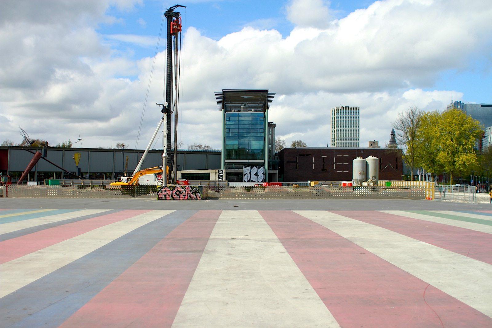 Museumspark Rotterdam.  Auf einer großen Fläche entsteht das Depot Boijmans Van Beuningen, entworfen von Winy Maas, Jacob van Rijs und Nathalie de Vries bzw. MVRDV. Zu den bekanntesten Werken des experimentell arbeitenden Büros aus Rotterdam (1993 gegründet) gehören der Expo-Pavillon in Hannover (2000) und die Markthal in Rotterdam aus dem Jahr 2014.