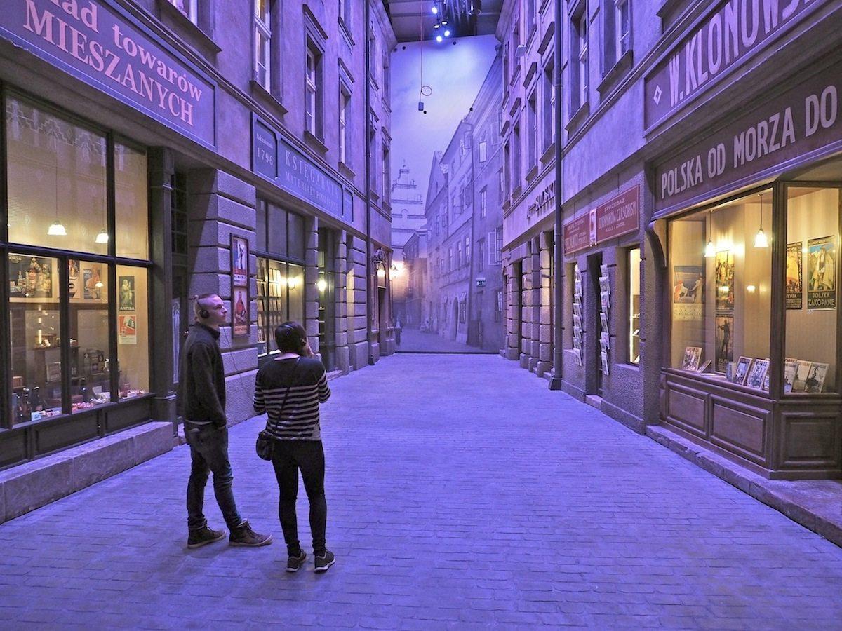 Trügerischer Friede.. Der Nachbau einer Warschauer Straße der Zwischenkriegszeit nutzt die volle Höhe. Je nach Thema variieren die Gestalter von Tempora Perspektiven und Größe der Räume. Und die Architekten von Kwadrat haben das unterirdische Museum um das Konzept der Ausstellung herum gebaut. Ganz anders als etwa Daniel Libeskind beim Jüdischen Museum in Berlin.
