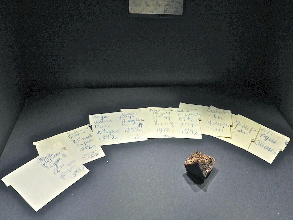 Hunger als Waffe.. Die Belastung Polens durch die sowjetischen Besatzer zu Beginn des Krieges und in den langen Jahren danach zieht eine Linie durch die Ausstellung. Die unzähligen Opfer auf russischer Seite werden darüber nicht vergessen. Die Tagebuchblätter der zwölfjährigen Tanya Sawichewa verzeichnen den Verlust ihrer gesamten Familie im belagerten Leningrad.