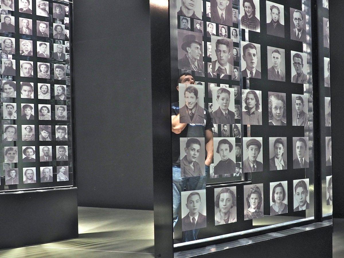 Menschen wie wir.. So heißt es am Eingang der Galerie, die einigen der sechs Millionen Opfer des Holocaust ein Gesicht gibt.
