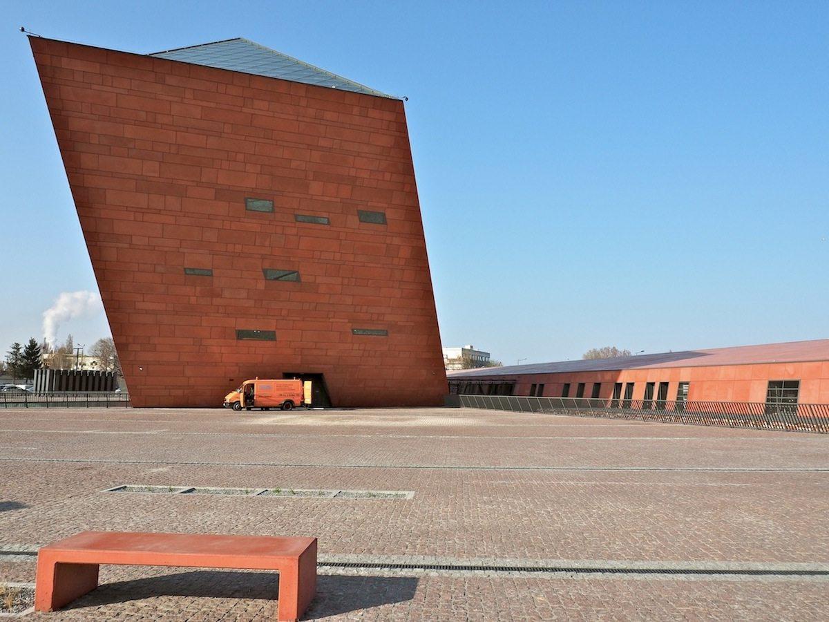 Verbindende Farbe.. Auf dem Gelände eines im Krieg ausgelöschten Viertels errichtet, bezieht sich das Museum mit seinen Wandpaneelen aus eingefärbtem Beton auf das Rot des Backsteins und der Ziegel in der wieder aufgebauten, nahen Altstadt.
