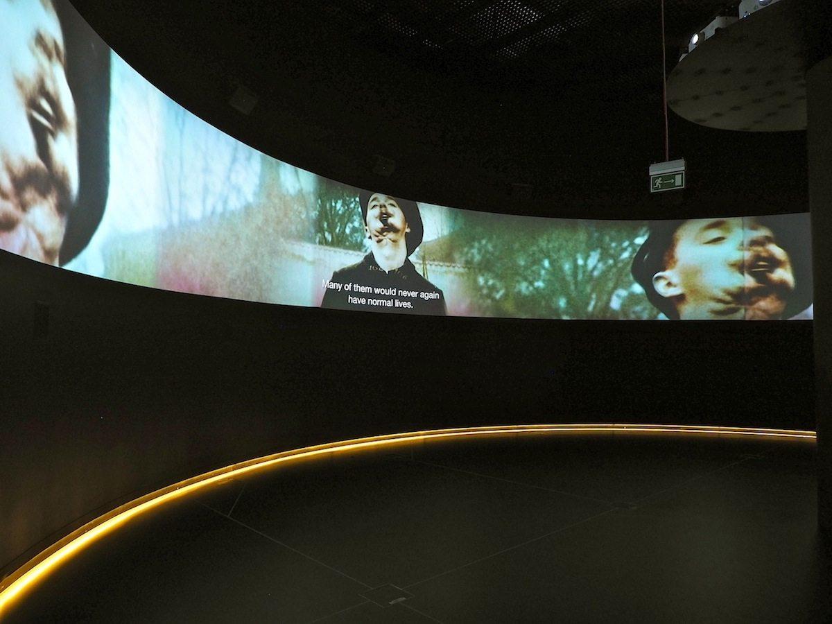Der Weg zum Krieg.. Der erste der drei Ausstellungsblöcke startet mit dem Desaster des Ersten Weltkriegs, dessen Verlierer schon bald auf Revision aus waren. Das halbrunde Panorama, auf dem die knapp kommentierten Filmzitate ablaufen, ist nur eines der vielen Mittel, mit denen die Designer von Tempora in Brüssel die 2500 Objekte und Filme des Museums szenisch aufbereitet haben.