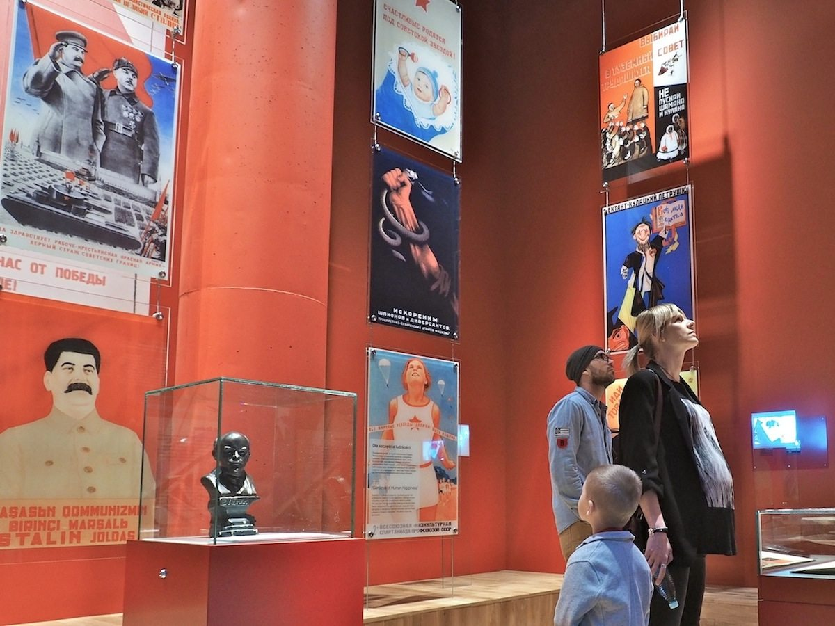 Ideologie gegen Demokratie..  Kommunismus, Nationalsozialismus, Faschismus und der japanische Imperialismus verstanden sich gut auf plakative Propaganda.