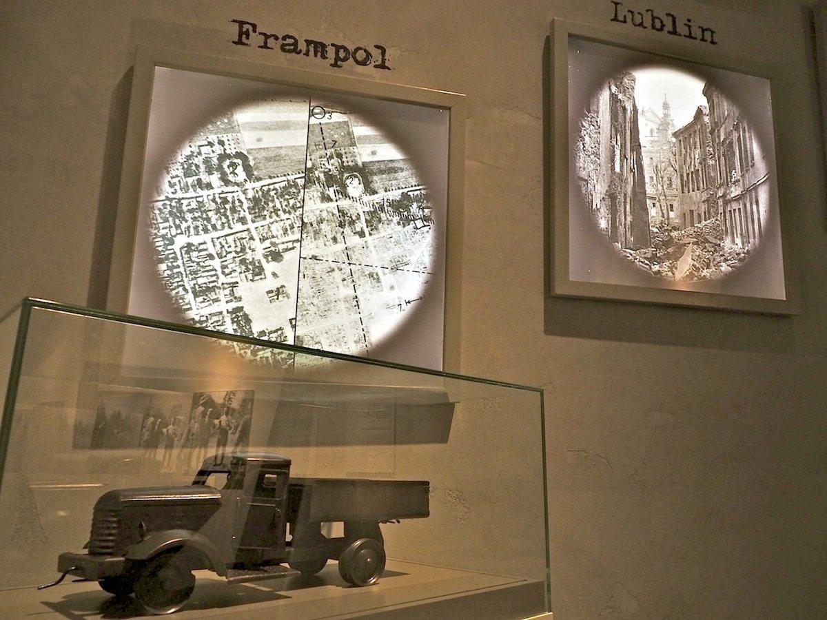 Terror aus der Luft..  Den Bombenkrieg gegen Städte haben die Deutschen erfunden und, nach dem Überfall auf Guernica im spanischen Bürgerkrieg, in Polen ein weiteres Mal erprobt. Das Spielzeugauto wurde aus dem Trümmerschutt geborgen.