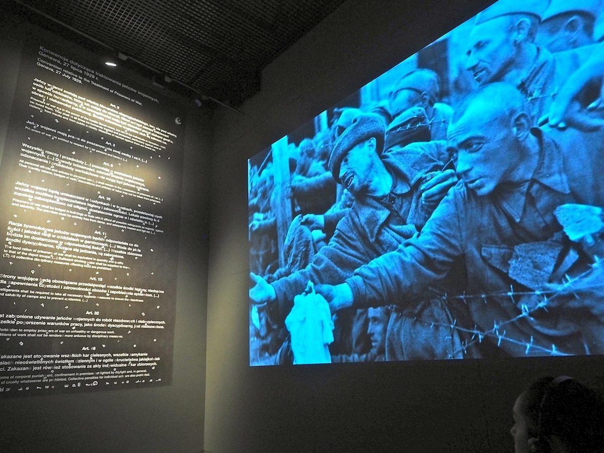 Zu Tode schuften..  Zwanzig Millionen Zivilisten und Soldaten wurden auf den Baustellen, in den Fabriken und Lagern der Deutschen als Arbeitssklaven ausgebeutet. Allein von den sowjetischen Kriegsgefangenen starben drei Millionen. Die humanitären Regeln der Genfer Konvention hatten ihre Gültigkeit verloren.