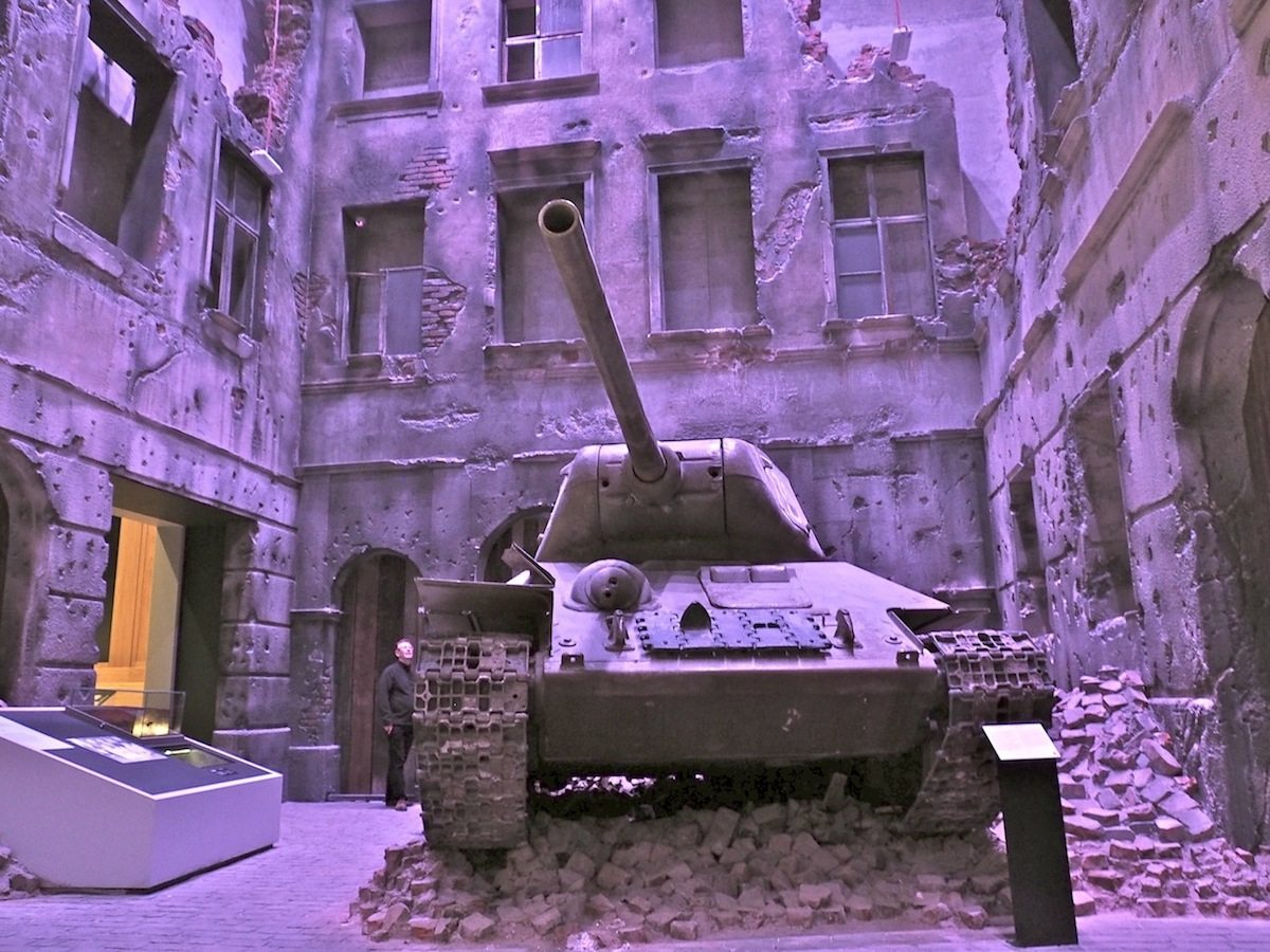 Der lange Schatten des Krieges..  Zwei Panzer stehen für den unterschiedlichen Ausgang des Krieges: ein amerikanischer Sherman, der Westeuropa die Befreiung brachte, und ein T34, mit dem die Russen ihre jahrzehntelange Besetzung Osteuropas etablierten. Beide Kolosse wurden während der Bauzeit in das Museum abgesenkt.