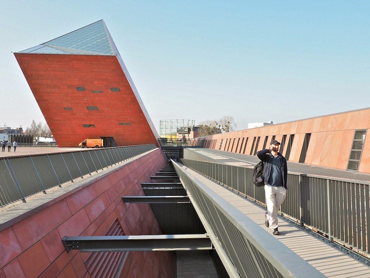 Zentrale Achse..  Vierzig Meter hoch und vierzehn Meter tief orientiert sich der Neubau auf einer Kriegsbrache entlang der einstigen Großen Gasse der Danziger Altstadt.
