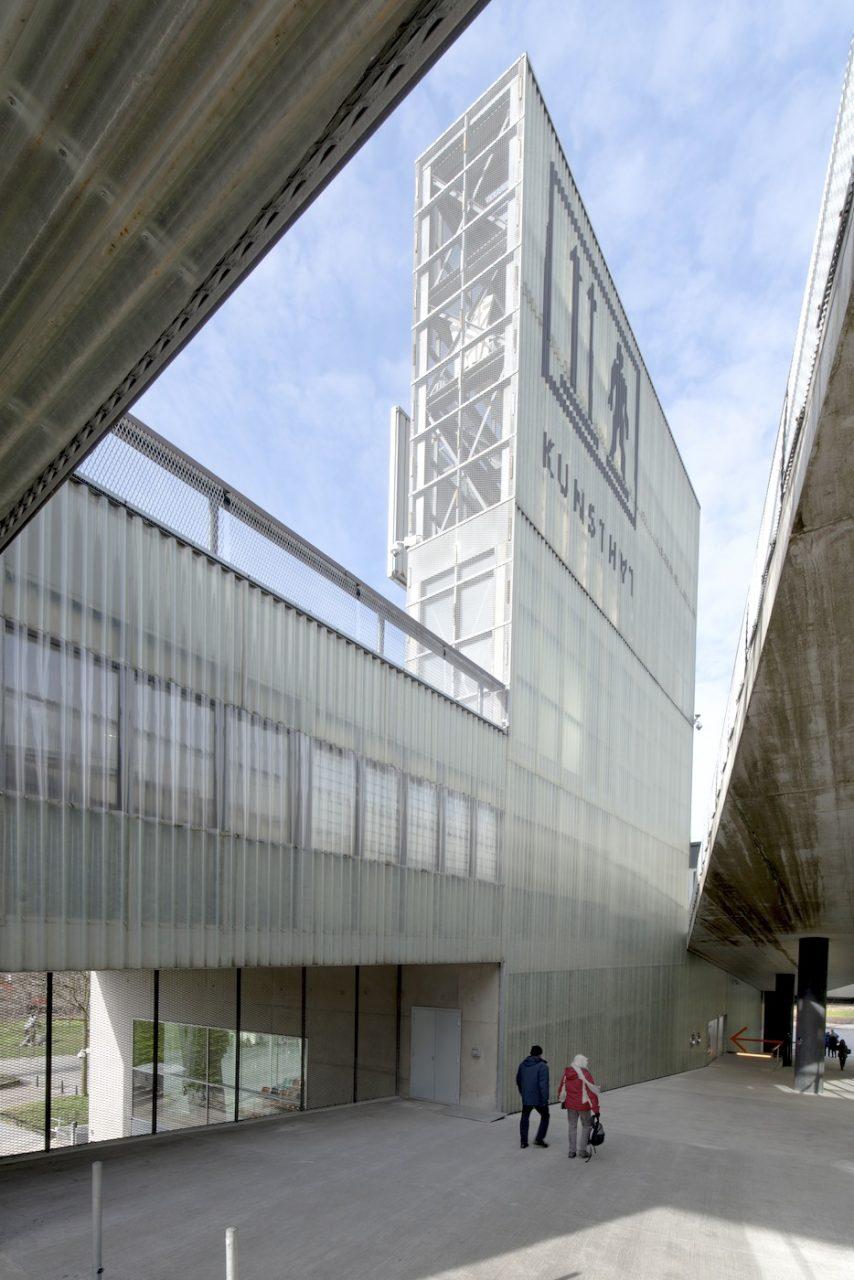 Kunsthal Rotterdam.  Der Turm an der oberen Rampe. In diesem Bereich sind Eingang, Museumsshop und Restaurant untergebracht.