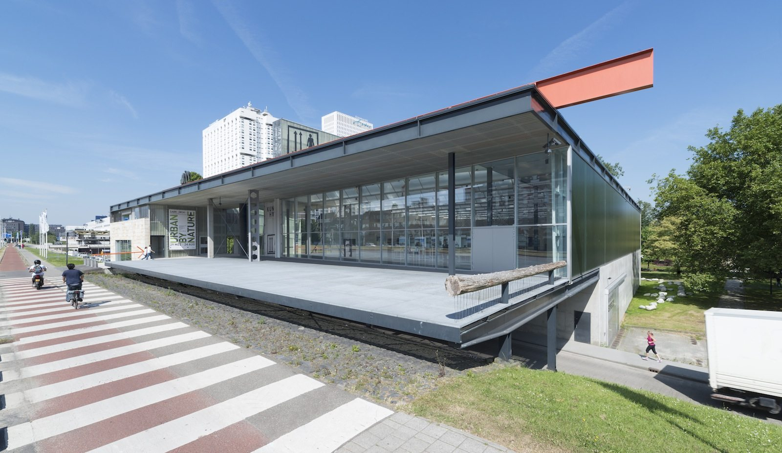 Kunsthal Rotterdam.  Das Gebäude ist wie ein Platz konzipiert, das von zwei Routen gekreuzt wird. Eine verläuft parallel zum Maasboulevard, die andere ist die Nord-Südachse, die den Weg des Museumsparks aufnimmt.