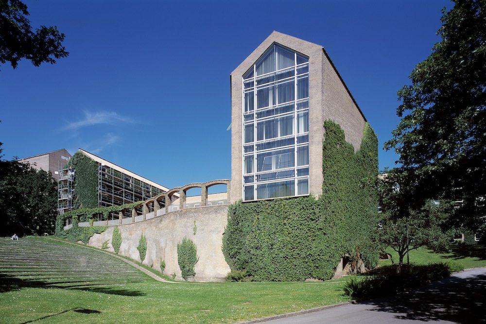 Das Hauptgebäude des Universitätscampus. von Kay Fisker, C. F. Møller und Povl Stegmann. Der Architekturführer Aarhus erklärt ausführlich wie die Dichte und Qualität der Aarhus-Architektur entstehen konnte ...