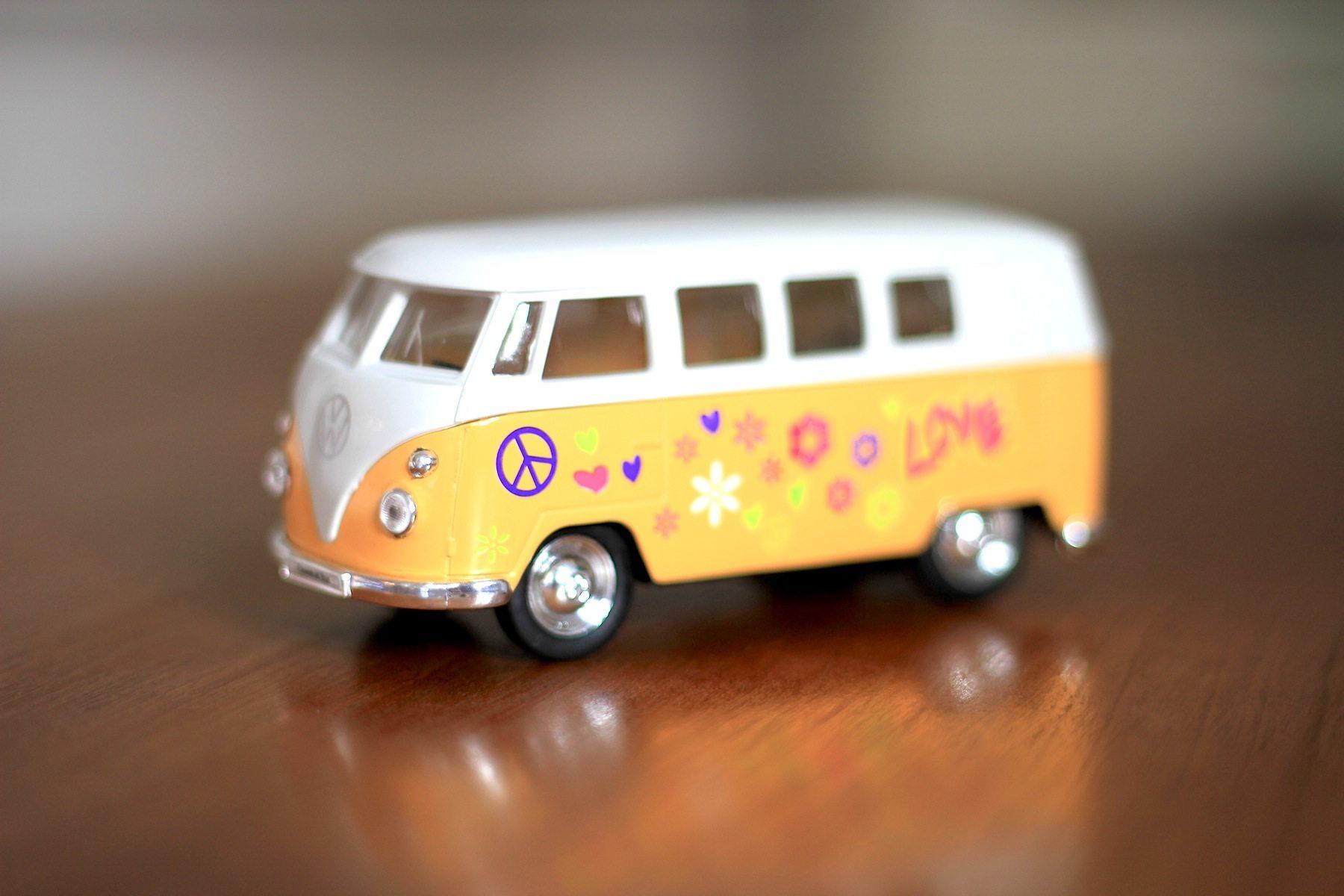 VW Bulli. Apropos Siebziger, Schlaghosen und Hippies: das Lieblingsgefährt der Love-Generation gibt es im Museumsshop.