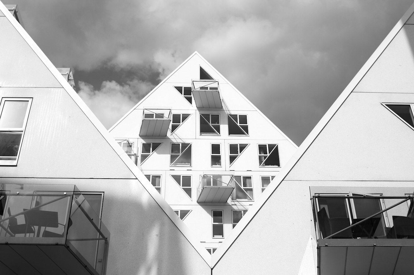 Der Eisberg. Jede der 11 Spitzen ist anders. Je nach Standort ergeben sich so spannende Ein- und Durchsichten. Die internationale Zusammenarbeit basierte auf der Idee der europäischen Ideale der Völkerverständigung, die mit skandinavischen Werten und Eigenschaften verbunden werden sollte. Anfang 2010 begannen die Bauarbeiten, 2013 zogen die ersten Bewohner ein.