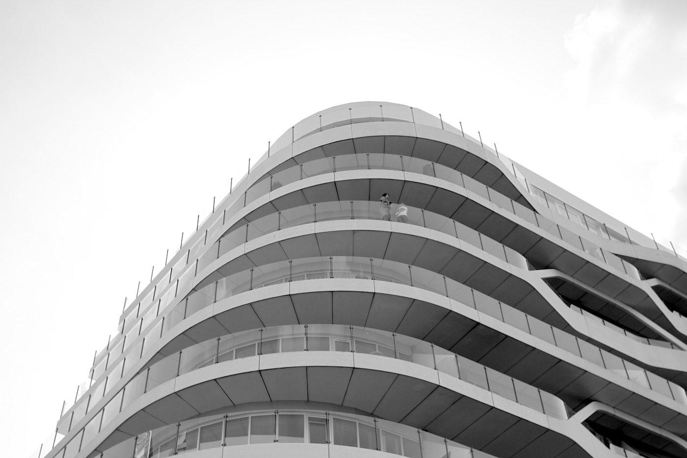 Lighthouse.  Die geschwungene Form der Loggienfassade soll, so die Planer, das nahe Wasser reflektieren und ihre Wellenbewegung aufnehmen.