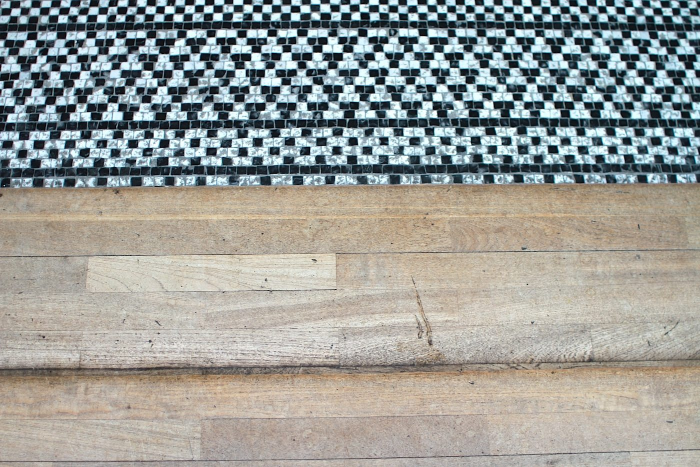 Holz und Stein.  Im Foyer treffen Holz- und Marmorboden aufeinander, letzterer mit dem edlen Gestein aus Italien.