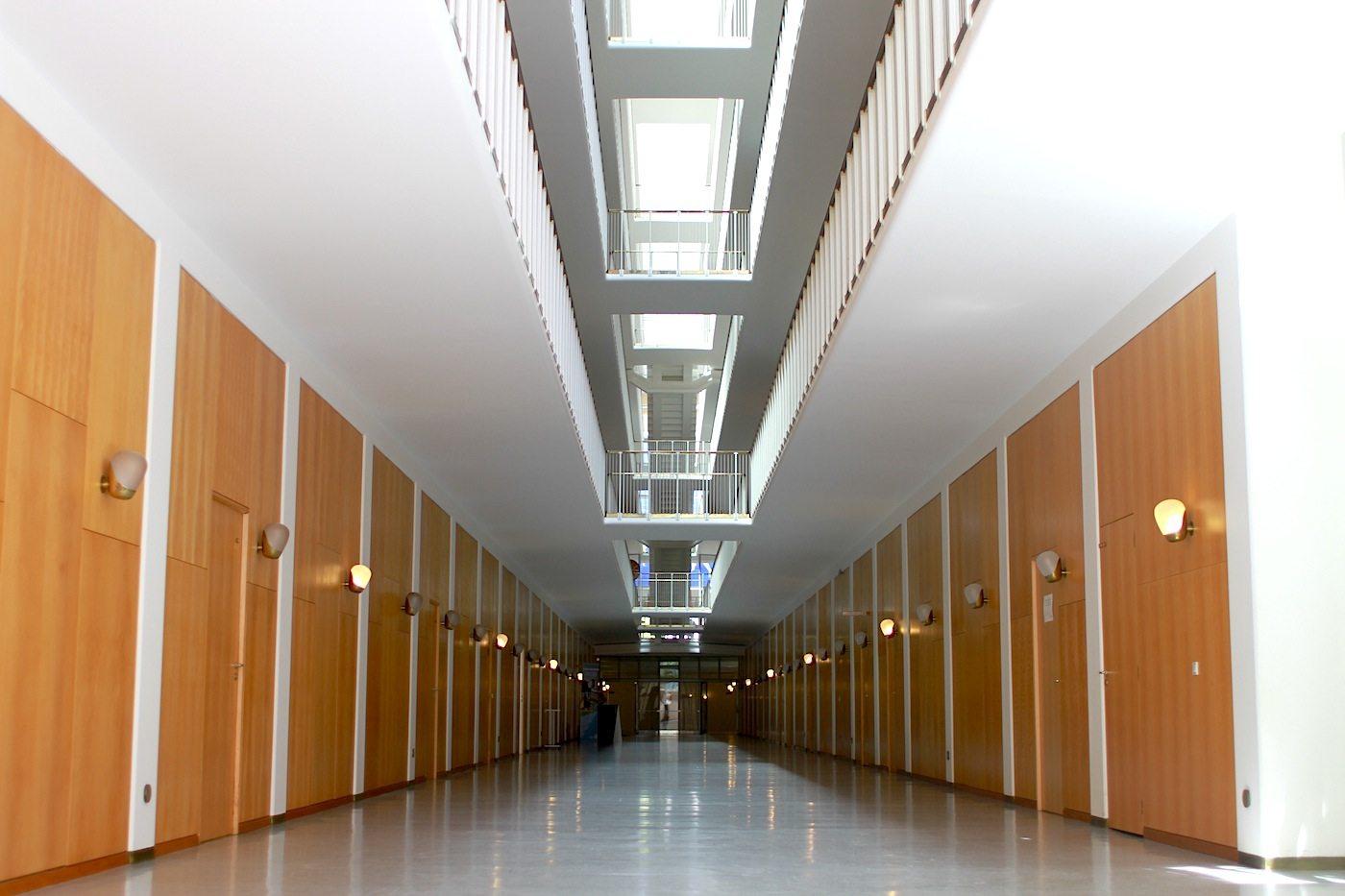 Ganz und gar.  symmetrisch und einheitlich sind Bürotrakte und die anderen Bereiche des Gebäudes gestaltet.