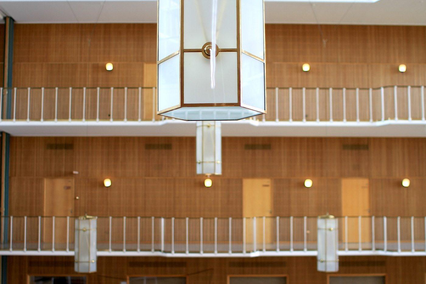 Die Rathaushalle. kann um die 800 Menschen fassen. Der Boden wurde aus seltenem Mooreichenholz gefertigt.