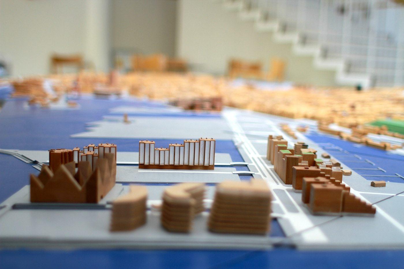Maßstab. Das Stadtmodell von Aarhus in der Nähe des Trakts des Stadtarchitekten. Im Vordergrund: Aarhus Ø mit dem Eisberg und den Lighthouse-Gebäuden von 3XN.
