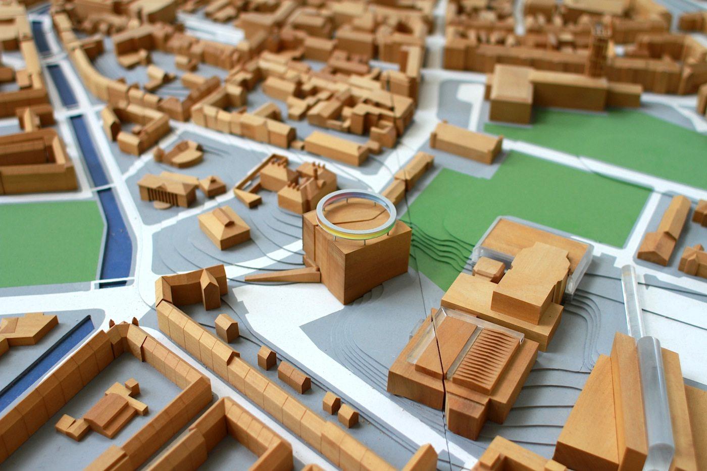 Regenbogen.  In der Mitte: das Kunstmuseum ARoS. Rechts unten ist das Kongresszentrum. Oben rechts befindet sich das Rathaus von Aarhus.