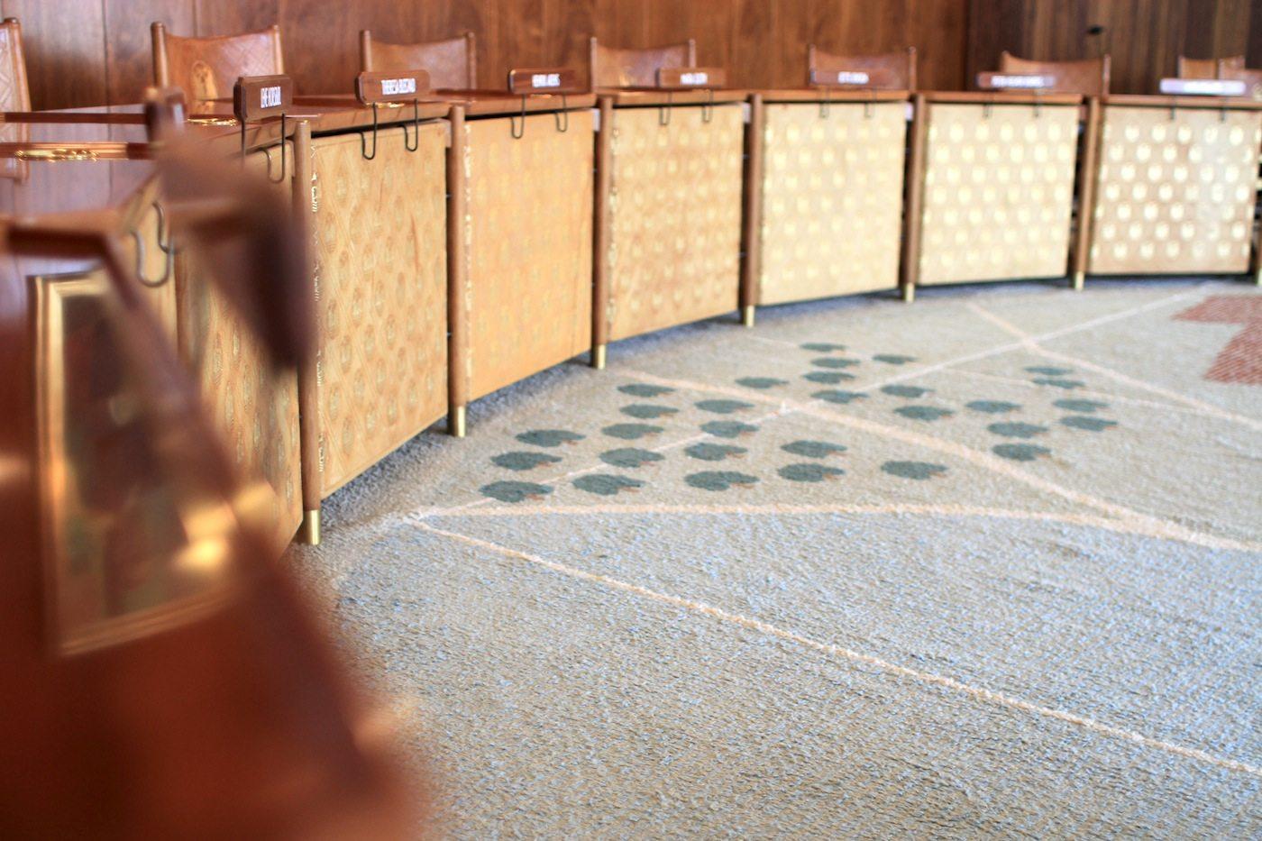 Der Ratssaal. Ein prächtiger mit kubanischem Mahagoni verkleideter Raum mit einem 250 Quadratmeter großen Noppenteppich, auf dem die Stadt von Aarhus als Karte eingearbeitet worden ist.
