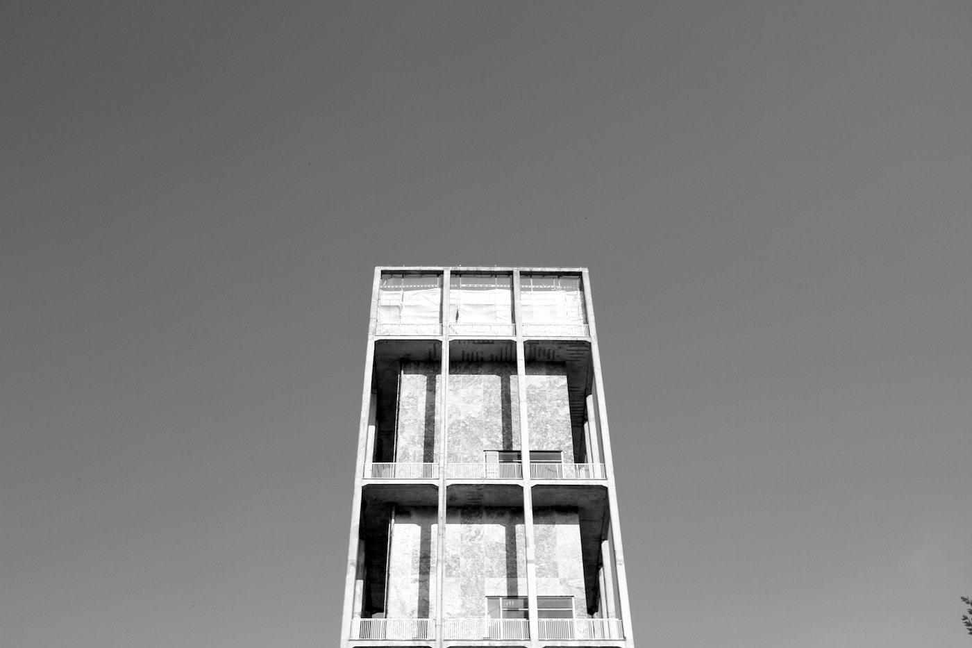 Rathaus Aarhus.  Entworfen von Arne Jacobsen und Erik Møller, die auf diese Weise den skandinavischen Funktionalismus mit geprägt haben. Der Turm ist 60 Meter hoch. Das Rathaus wurde 1941 fertiggestellt und 1995 als Denkmal deklariert.