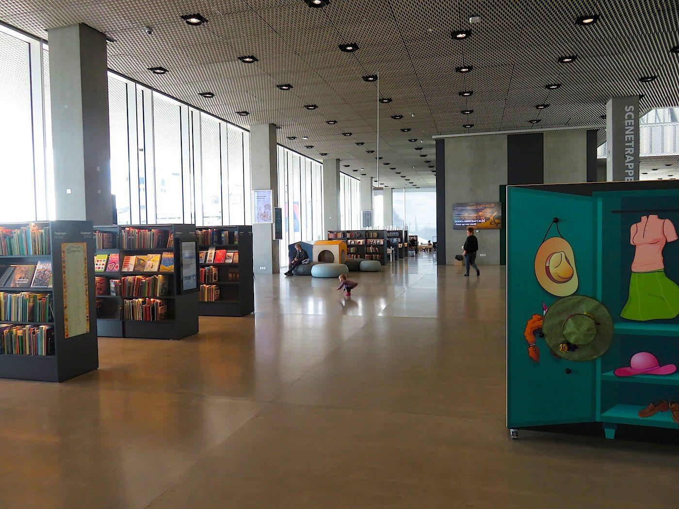 Dokk1. hat täglich bis zu 5.000 Besucher*innen. Für Eltern mit Anhang gibt es Kinder- und Indoor-Spielbereiche, einen Sportraum für Kinder und einen Extra-Raum, in dem Eltern mit ihren Kindern entspannt essen können.