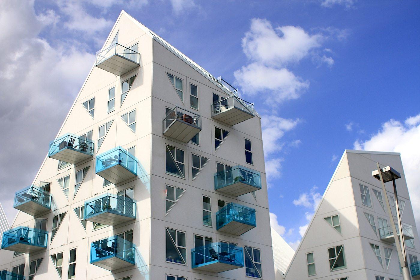 Der Eisberg.  Die weißen Fassaden sind in ein Raster aus Dreiecken eingeteilt und ...