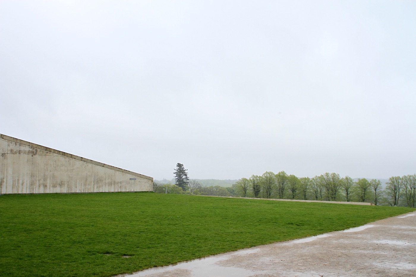 Moesgaard Museum. Grün, Beton und weite Blicke auf einem der insgesamt sechs Terrassen.