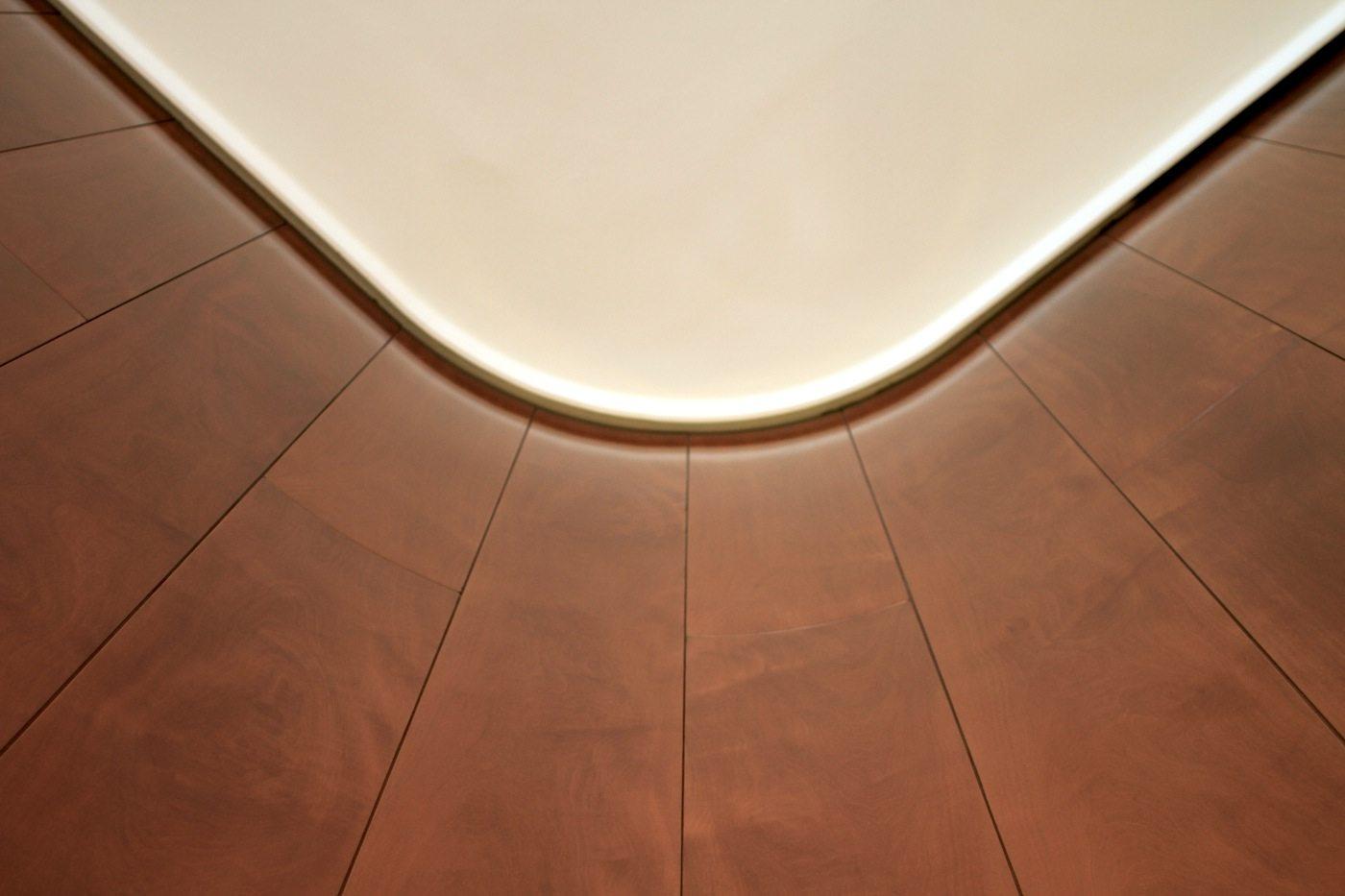 Wärme und Harmonie.  Die Verkleidung mit norwegischem Marmor wirkt außen sachlich, in der Innengestaltung jedoch wurden Holz und Messing als eine warme, einladende Geste eingesetzt.