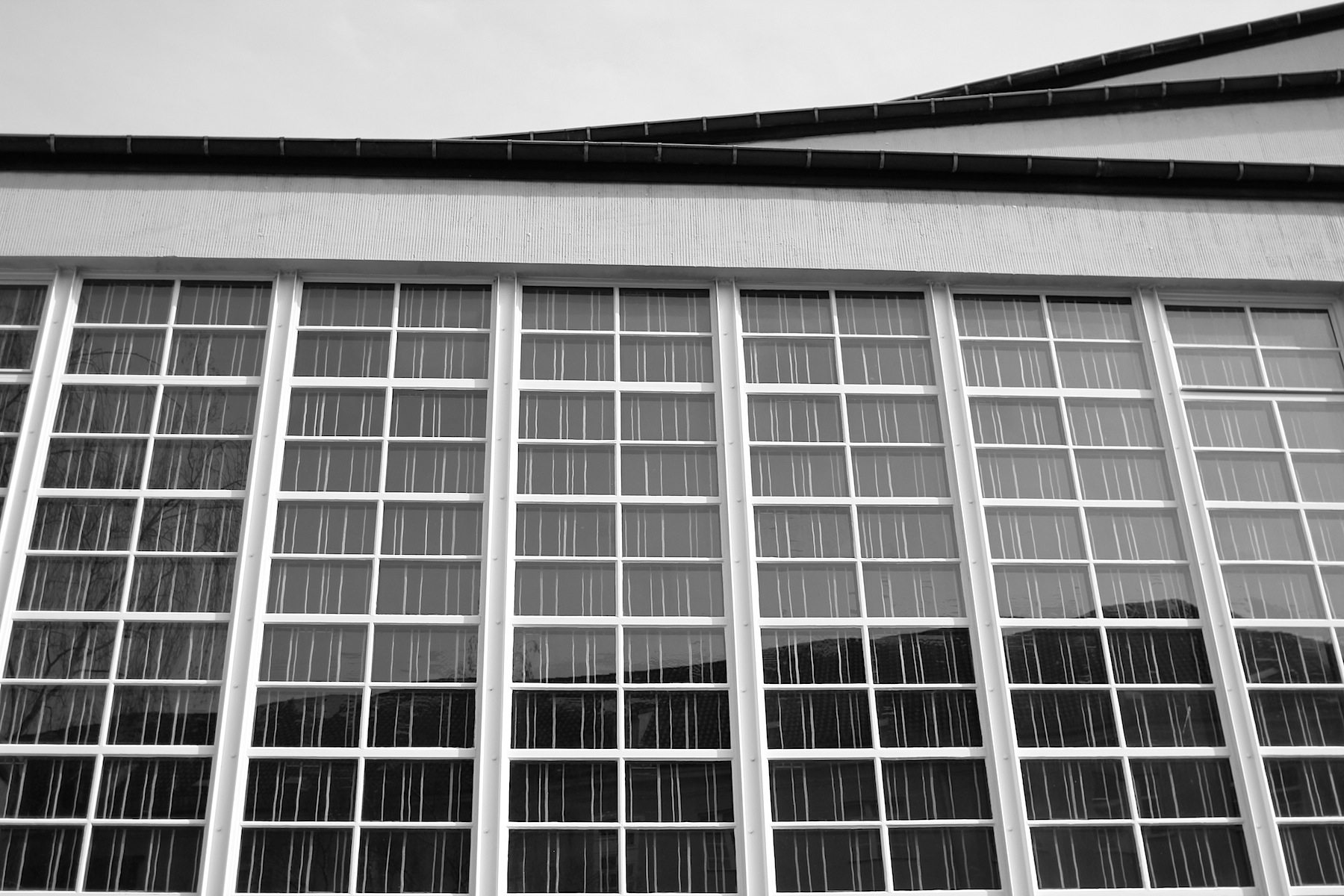 Gustav-Adolf-Kirche, Otto Bartning, 1934. Moderne Stahlbeton-Rahmenkonstruktion mit Klinkermauerwerk und großen Glasflächen.