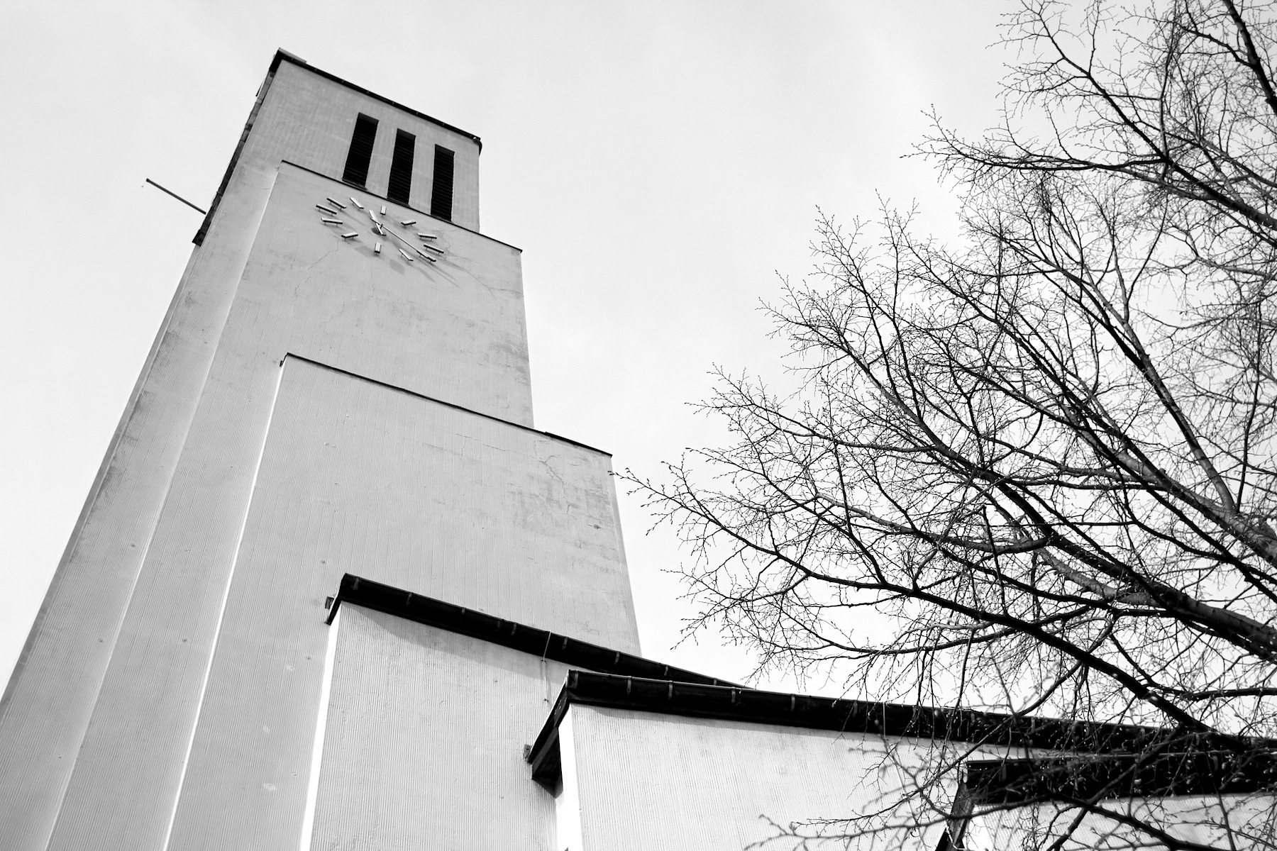 """Gustav-Adolf-Kirche, Otto Bartning, 1934.  Zentrierte Raumordnung nach dem Prinzip der """"Fächerkirche"""" als Modifizierung des Zentralraumgedankens."""
