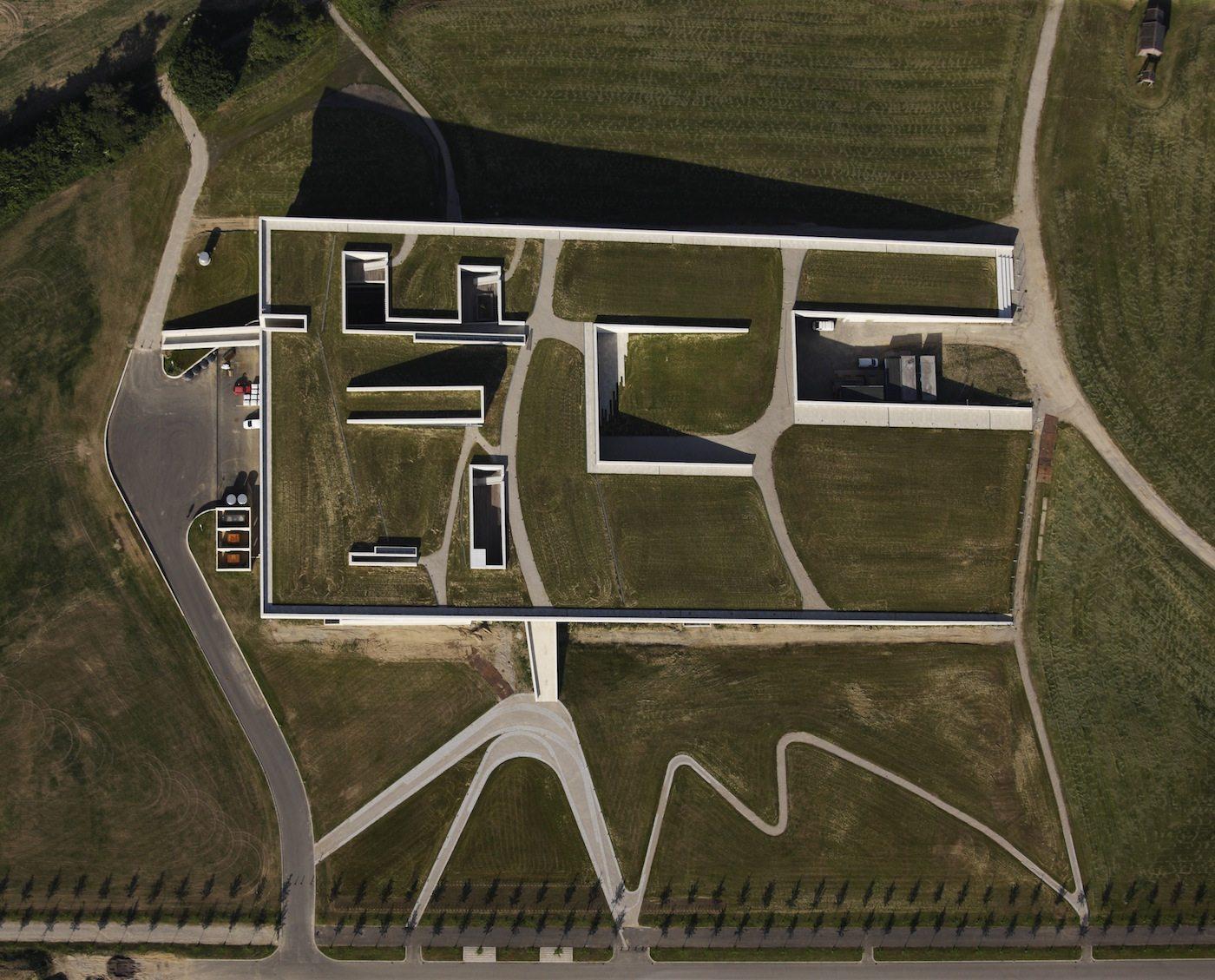 Moesgaard Museum. Von 2011– 2014 wurde nördlich des alten Museums ein 16.000 Quadratmeter großer Neubau errichtet, gestaltet von Henning Larsen Architects und der Landschaftsarchitektin Kristine Jensens Tegnestue ...