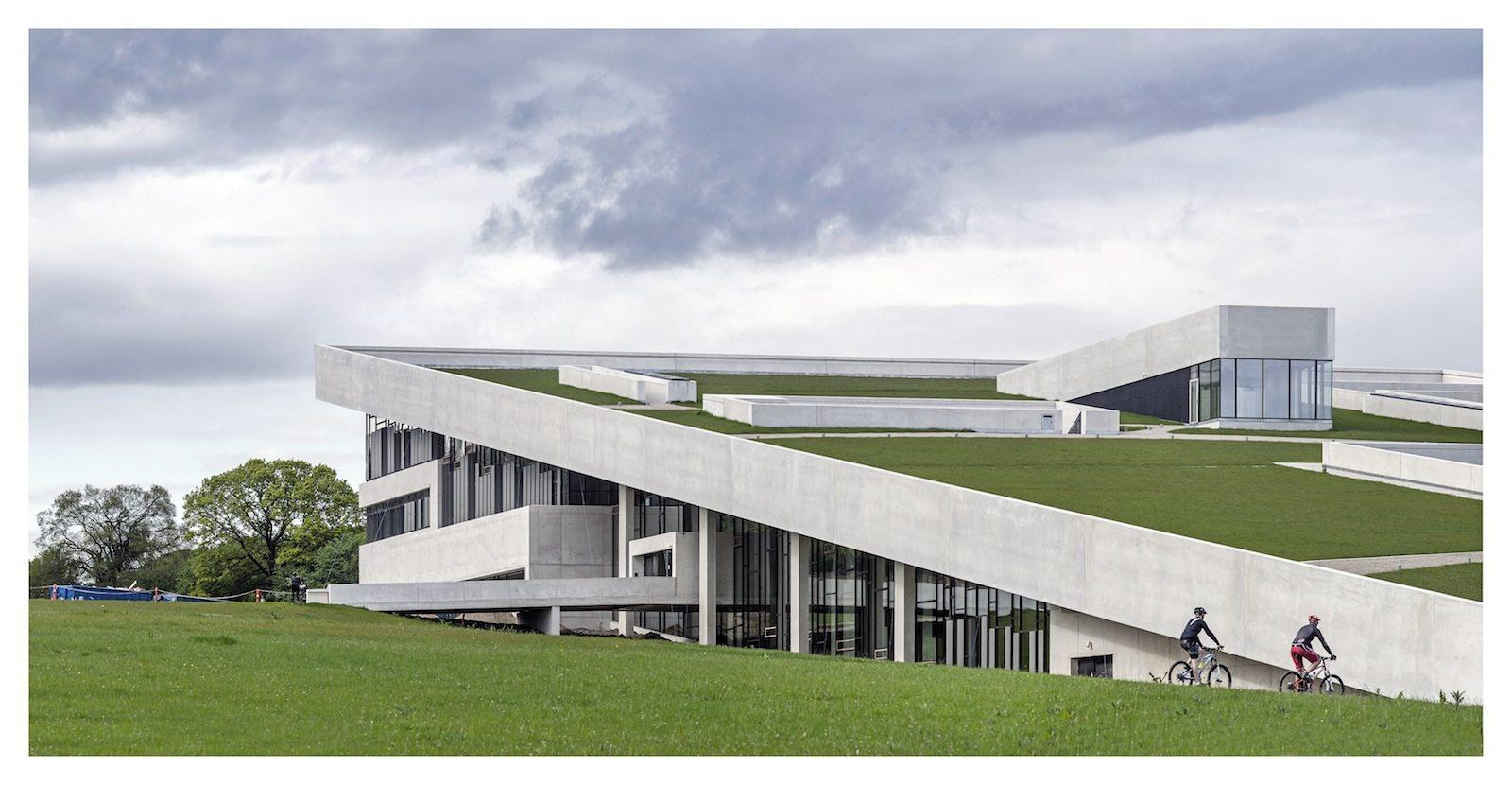 Moesgaard Museum. ... Das Gebäude ist in einen Richtung Süden abfallenden Hang eingelassen und hat ein grasbewachsenes, frei begehbares Pultdach.