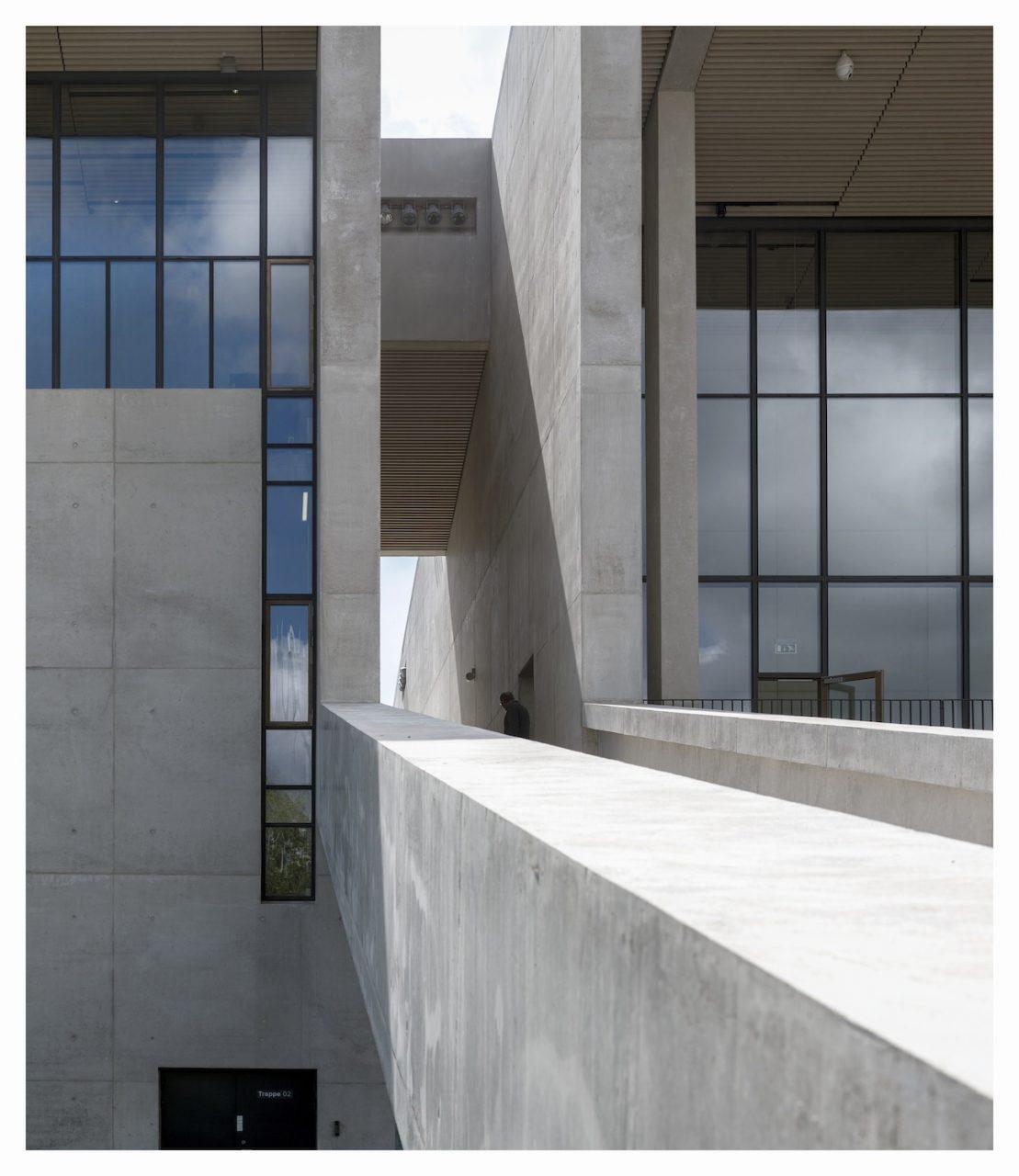 Moesgaard Museum. Starke Akzente: die Sichtbetonbrüstungen und die tragenden Elemente der Stahlbetonkonstruktion im Innern.