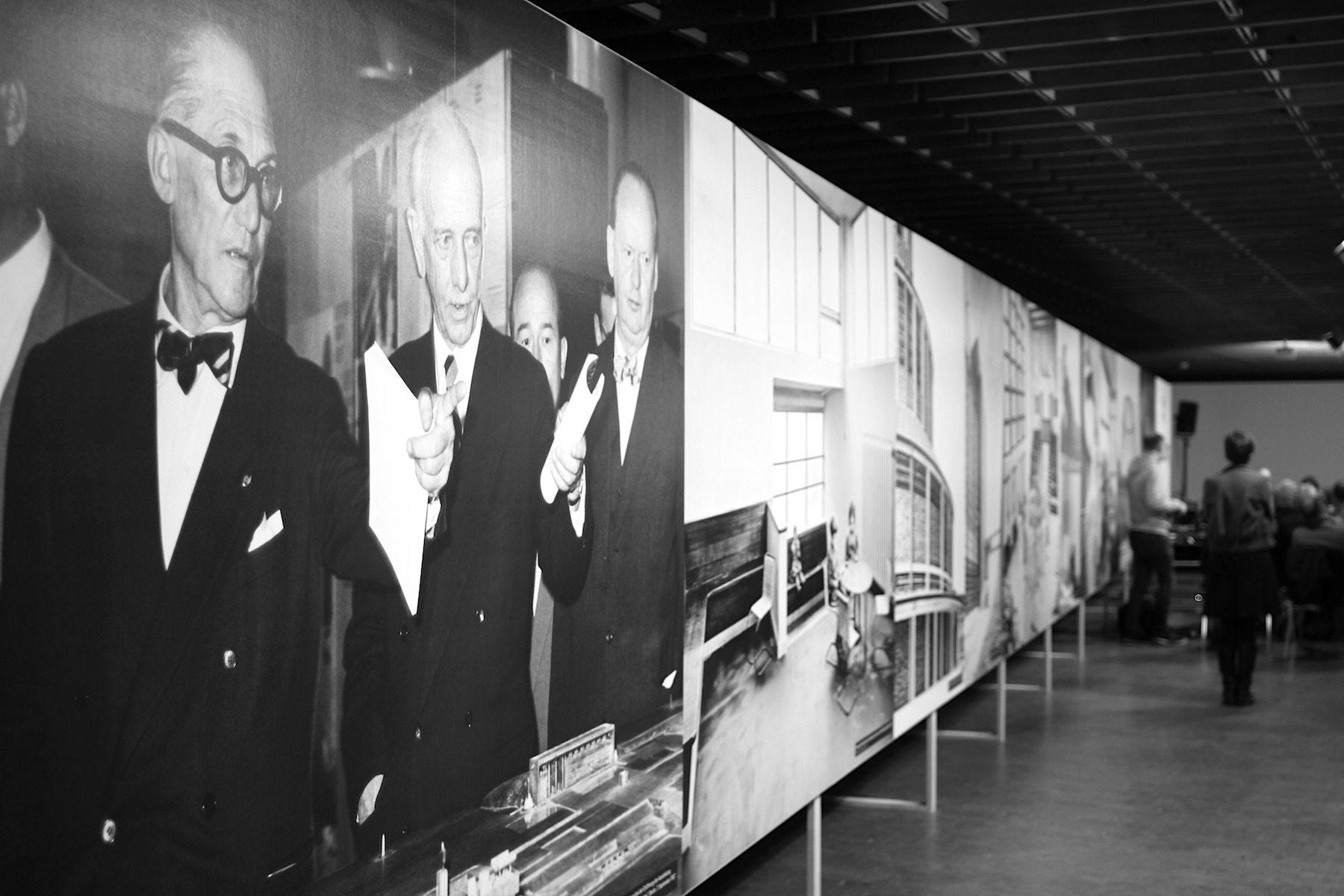 """Otto Bartning.  Am Eingang der Ausstellung """"Otto Bartning (1883–1959). Architekt einer sozialen Moderne"""" wird die Liga deutlich, in der Bartning gespielt hat. Während der Eröffnung der Ausstellung """"Le Corbusier – Architektur, Malerei, Plastik, Wandteppiche"""" am 7.9.1957 in Berlin stehen Le Corbusier, Bartning und Hans Scharoun (v.l.n.r.) einträchtig nebeneinander."""