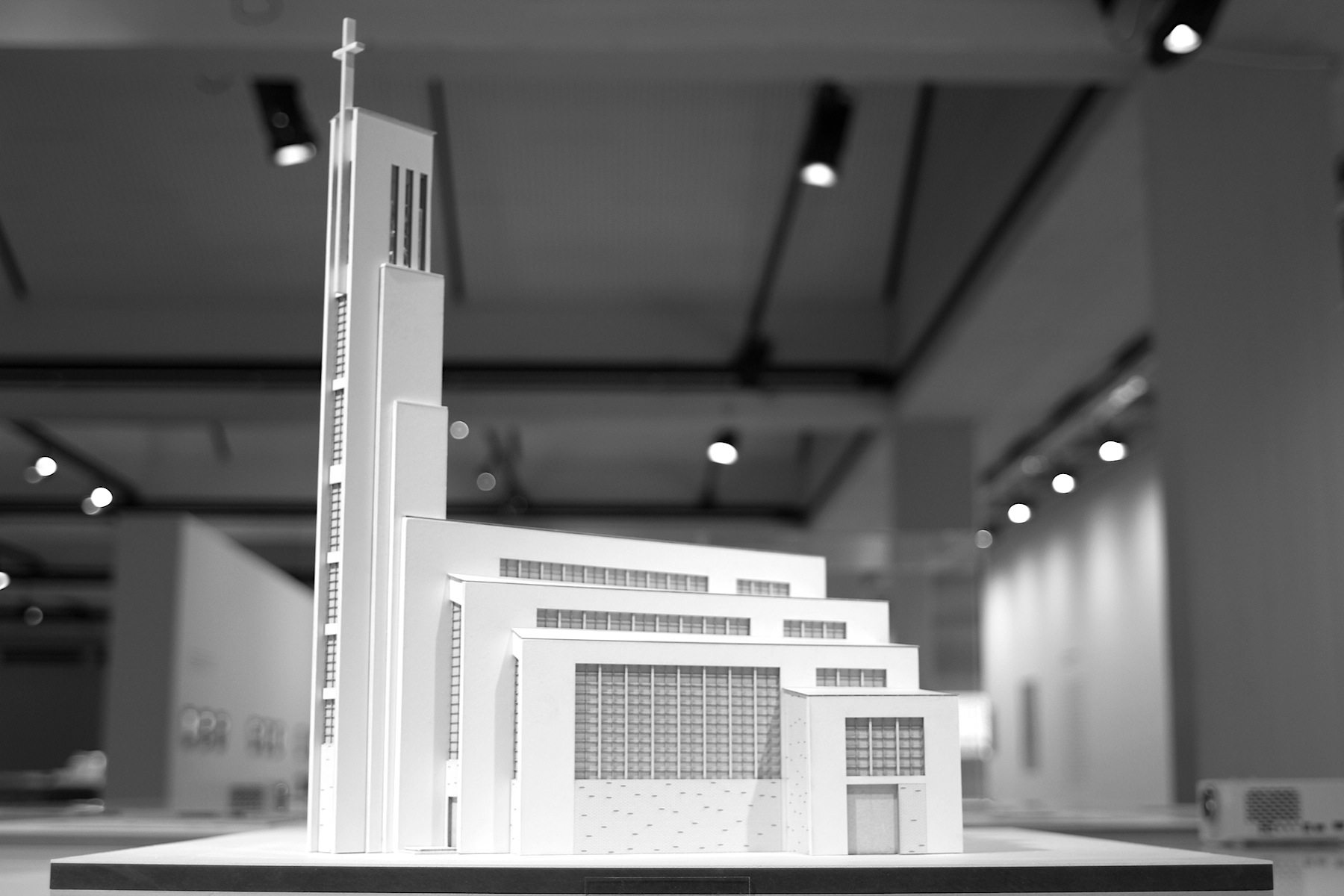 """Gustav-Adolf-Kirche von Otto Bartning, 1934.  sowie Wohnblöcke in den Siedlungen Siemensstadt und in der """"Reichsforschungssiedlung"""" Haselhorst sind weitere Bauten Bartnings in Berlin."""
