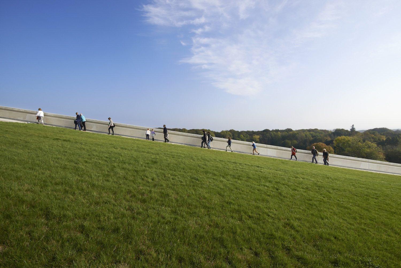 Moesgaard Museum. Das architektonische Konzept, das Museum größtenteils einzugraben, hat energetische Vorteile. Temperaturschwankunge und Sonneneinstrahlung werden minimiert, was den Vorgaben der Bauherren entspricht, die aus konservatorischen Gründen ohne Tageslicht auskommen wollten.
