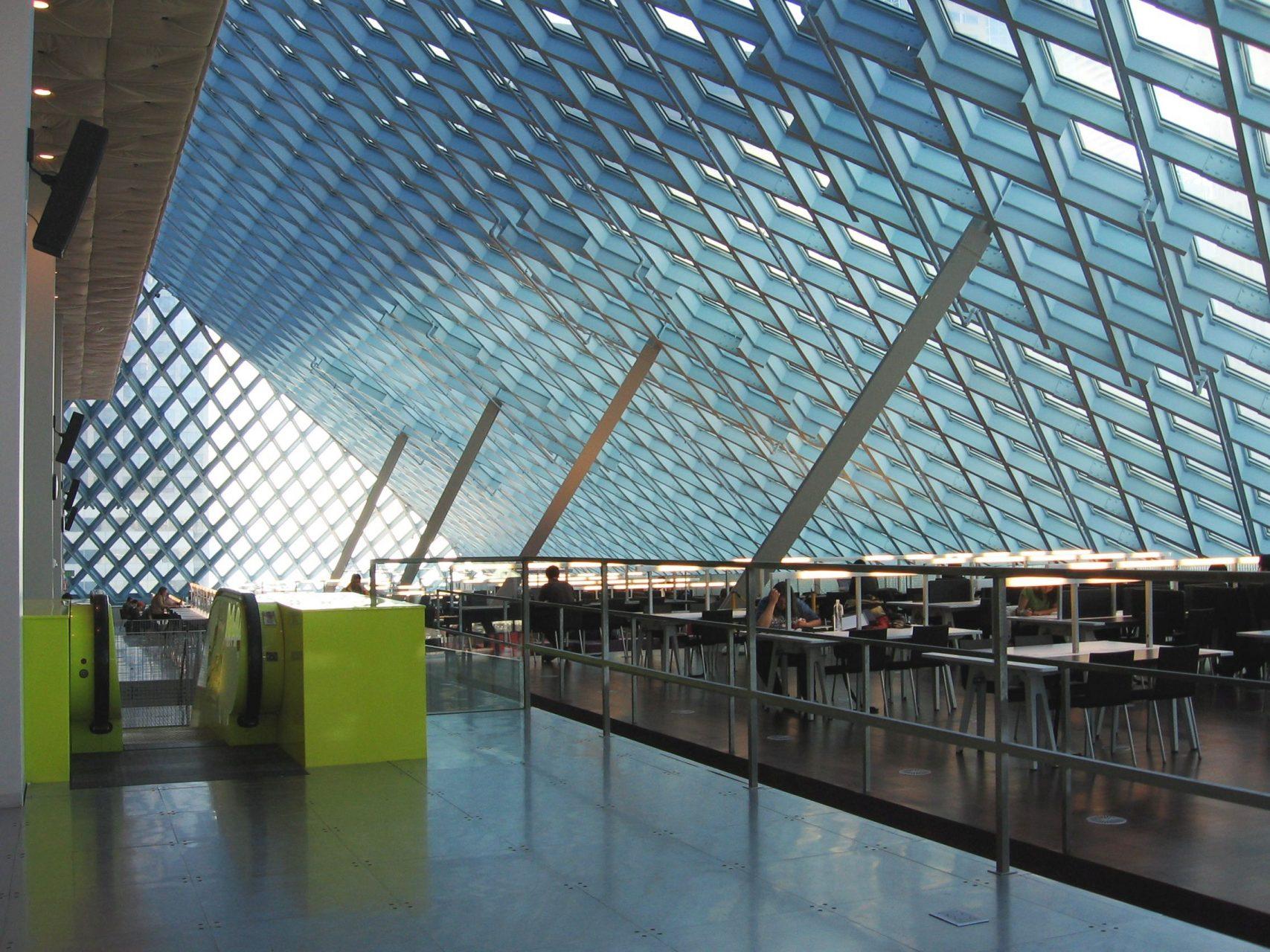 Seattle Central Library. Die Fassadenstruktur besteht aus einem Aluminiumnetz, das dem Volumen übergestülpt wurde.