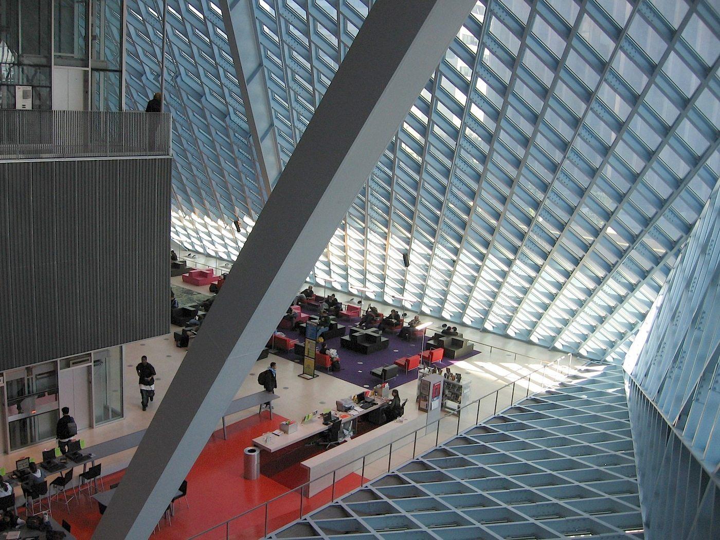 Seattle Central Library. Bei den Leseplätzen vergrößert sich der Lichteinfallswinkel, da die darüberliegende Ebene zurückversetzt ist. Tageslicht fällt von oben ein.