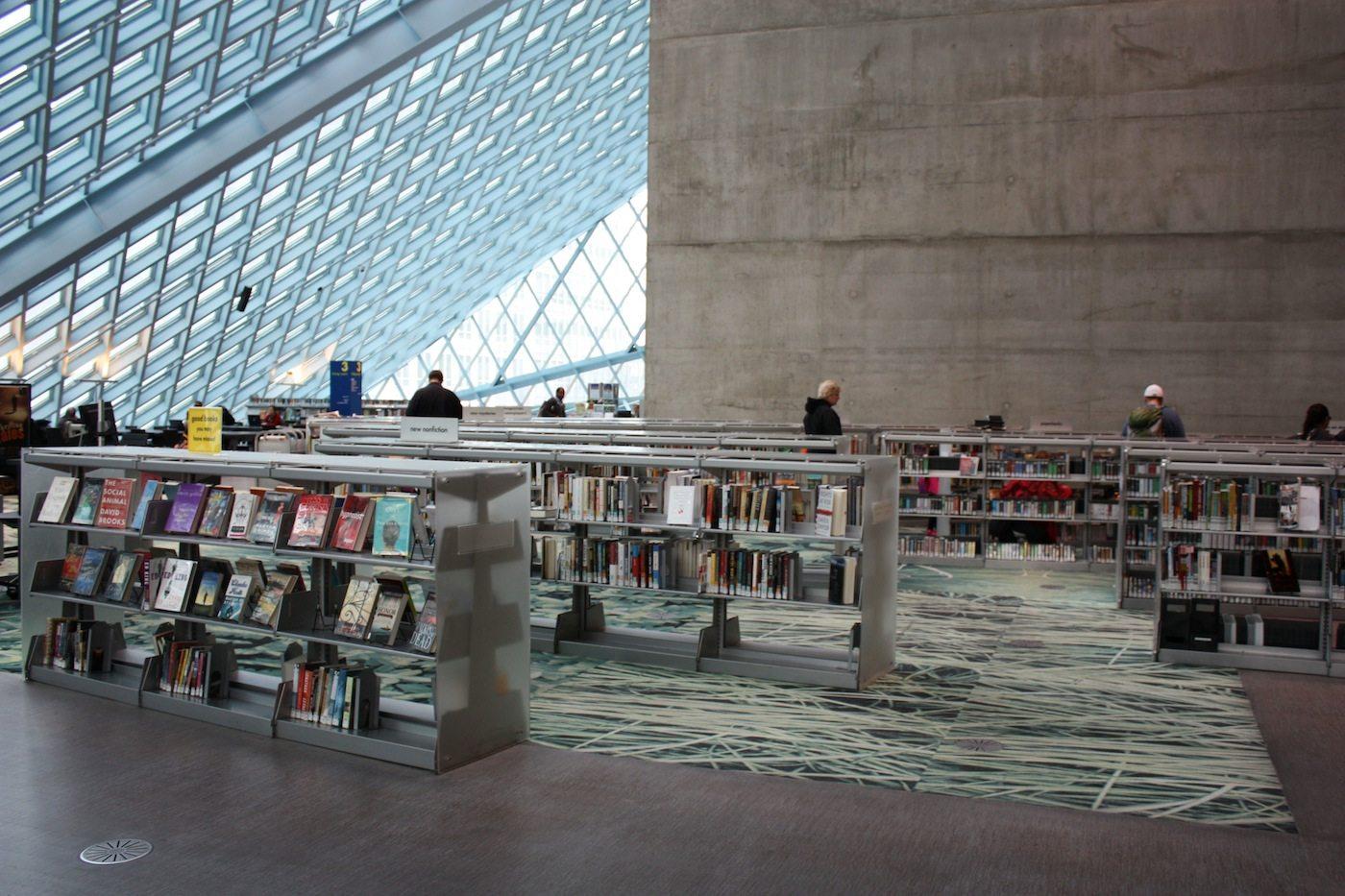 Seattle Central Library. ... das Glas- und Stahlgebäude wurde durch die Architekten Rem Koolhaas und Joshua Prince-Ramus im Stil des Dekonstruktivismus entworfen.